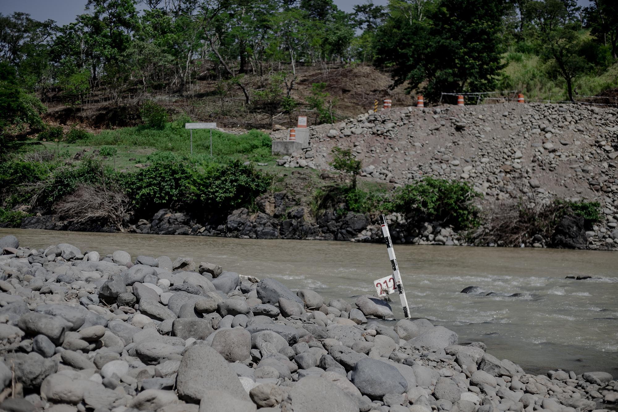 Construcción de las bases del puente, en el río Torola. Foto de Fred Ramos.