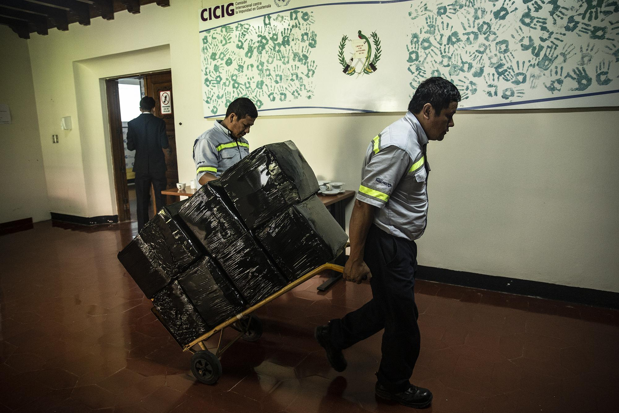 Photo caption: On August 30, 2019, employees of a moving company removed the last stacks of documents from CICIG facilities in Guatemala city. The commission completed its mandate on September 3, 2019, when then-president Jimmy Morales decided not to renew its term. Photo: Carlos Barrera/El Faro