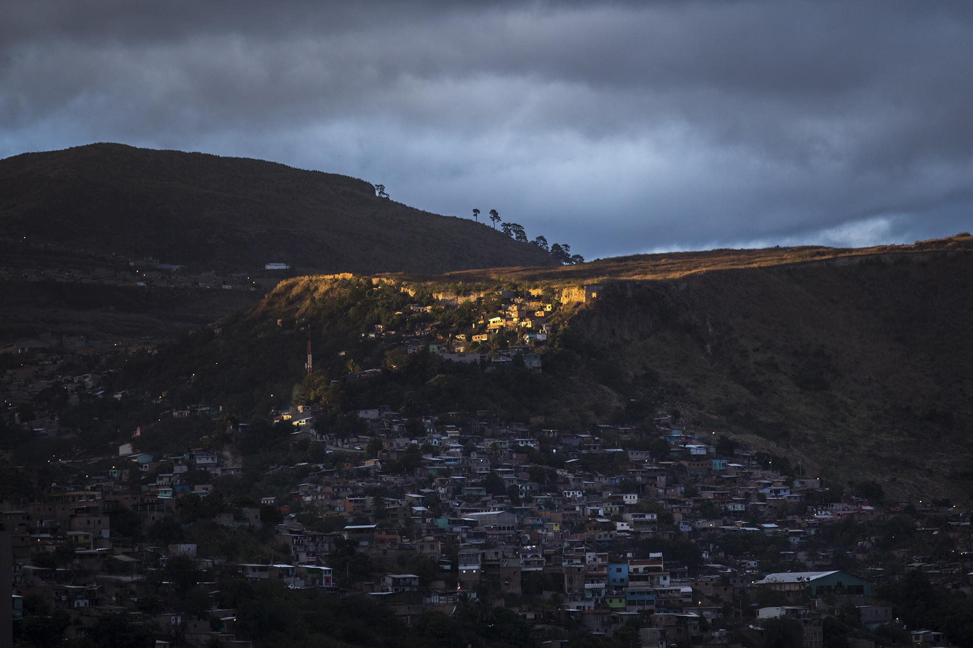 Sunset over Tegucigalpa. The Honduran capital is surrounded by suburbs under control of the gangs. The inequality of the city is a result of widespread political corruption. Foto: Víctor Peña.