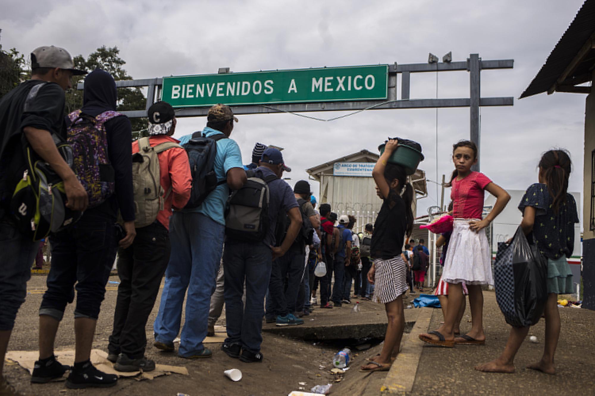 A las 11:57 de la mañana del 19 de enero, el último grupo de migrantes ingresó a las oficinas del paso fronterizo El Ceibo para registrarse.El gobierno de México les prometía trabajo, y llevarlos a un lugar seguro en el estado de Tabasco. Foto: Víctor Peña.
