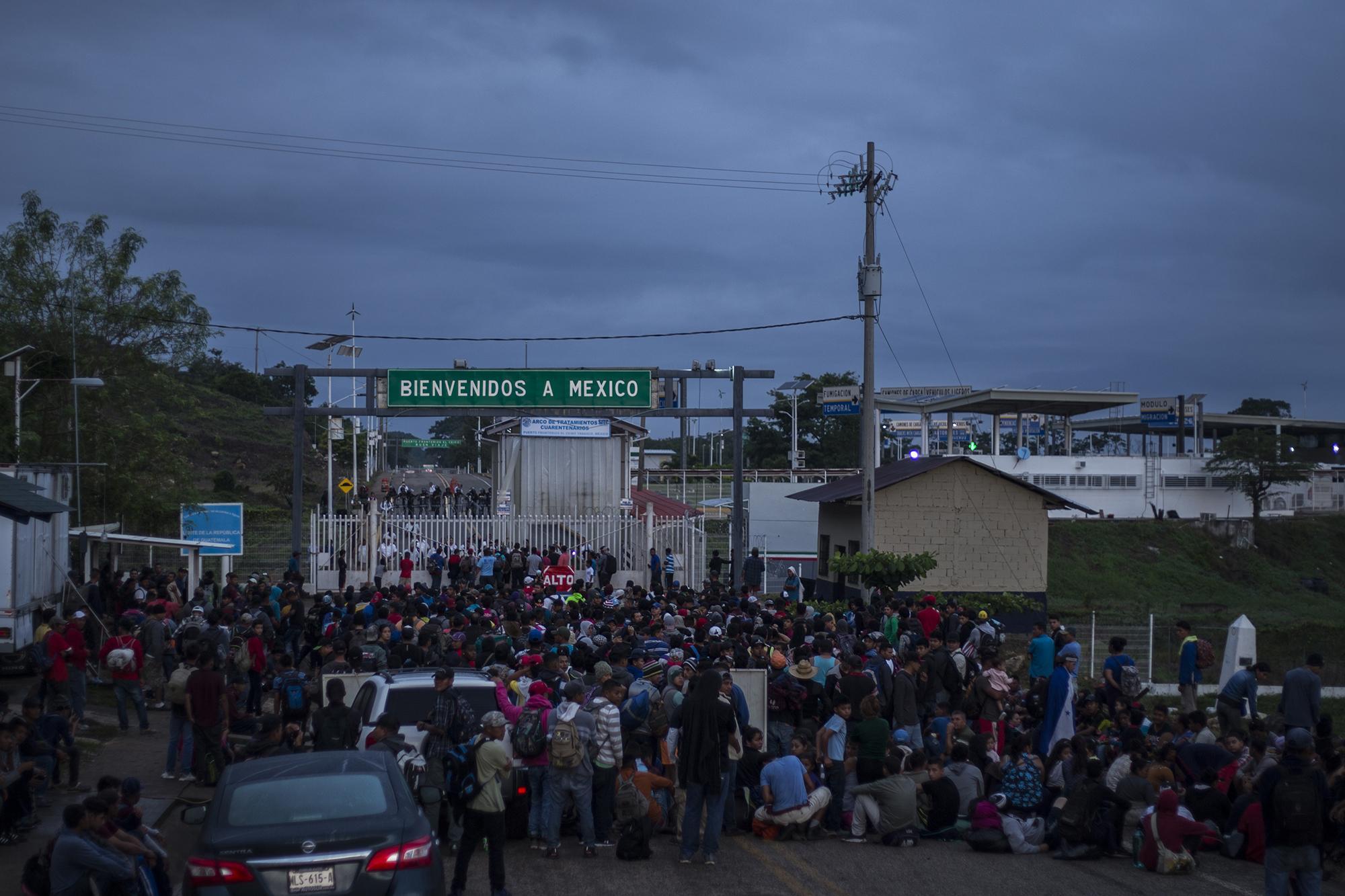 Ante la llegada de una caravana de migrantes, las autoridades mexicanas cerraron por completo el acceso en el paso fronterizo El Ceibo. Mas de 800 personas se plantaron durante horas sobre la calle principal del pequeño poblado de El Ceibo. Foto: Víctor Peña.