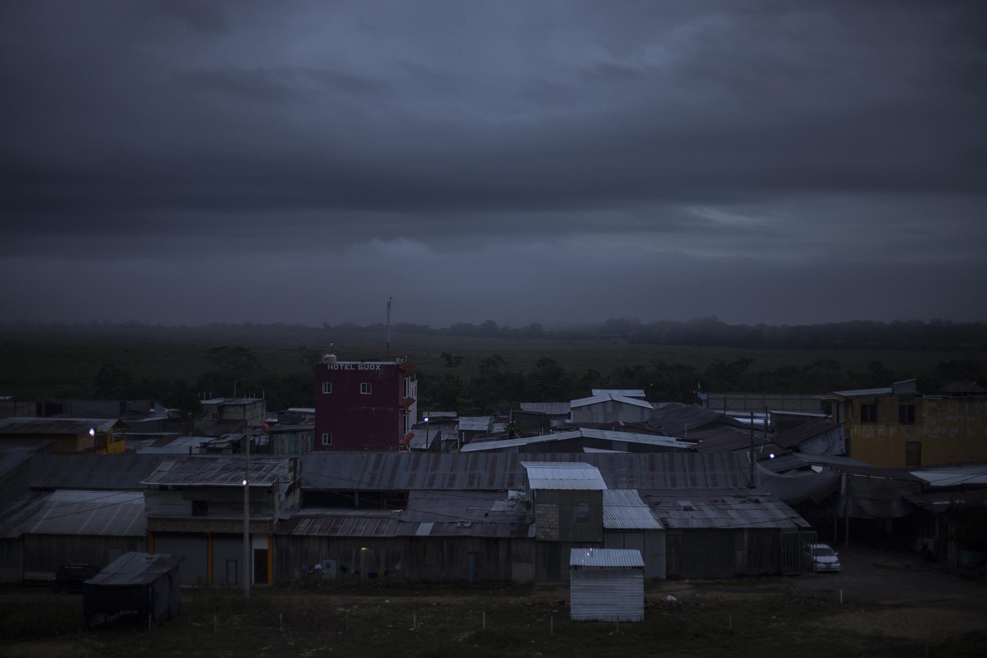 En el caserío El Ceibo habitan alrededor de mil 600 personas. A diario, un goteo migratorio rodea sus veredas de manera clandestina. Esta vez, cientos de hondureños y unas decenas de salvadoreños inundaron sus calles y convirtieron El Ceibo en el centro de la frontera cerrada mexicana. Foto: Víctor Peña.