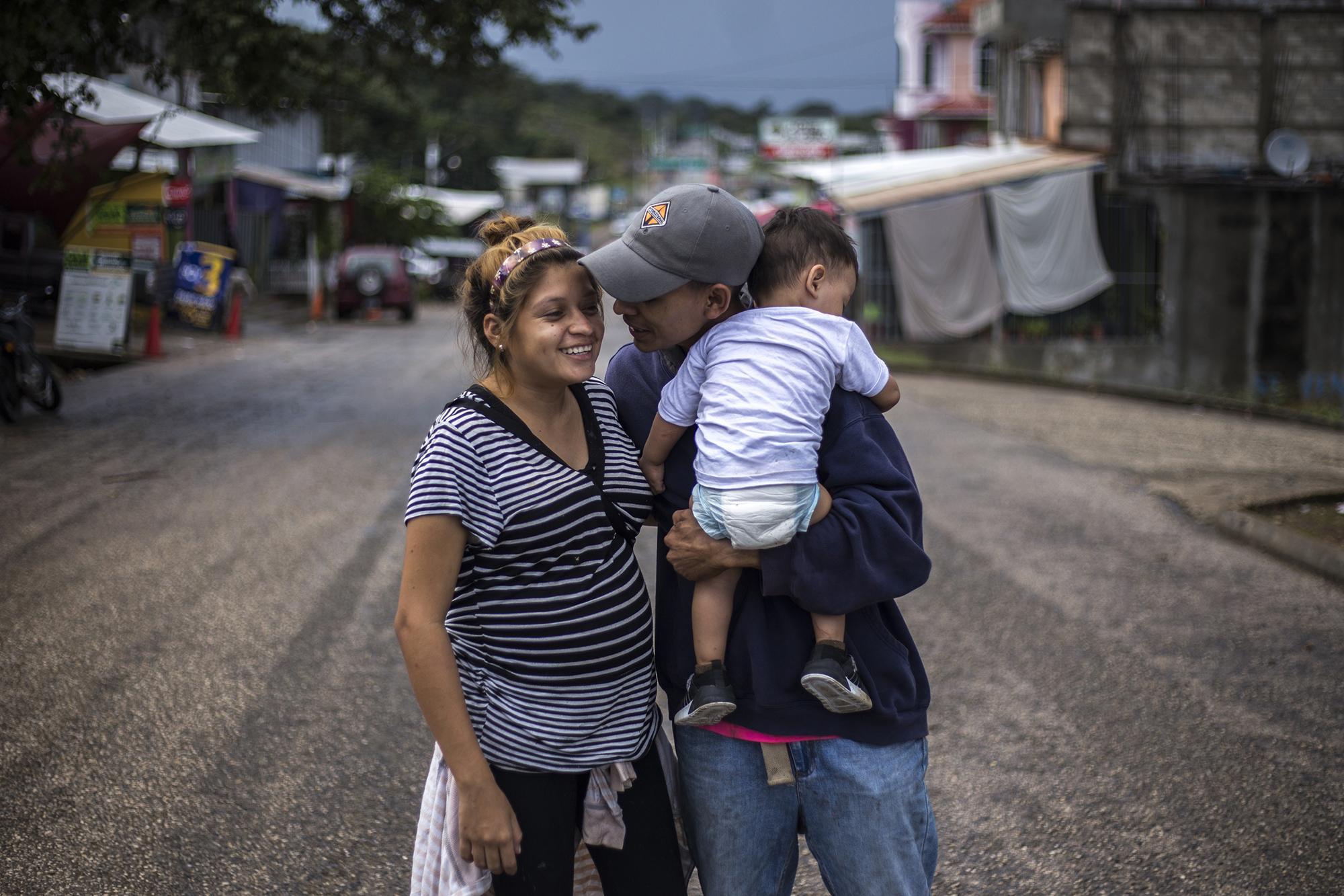 Katheryn y Óscar vendieron todo lo que tenían y huyeron de San Pedro Sula. Ella tiene 17 años. Él, de 19, sostiene al hijo de ambos, de un año. Katheryn está embarazada de nuevo. Foto: Víctor Peña.