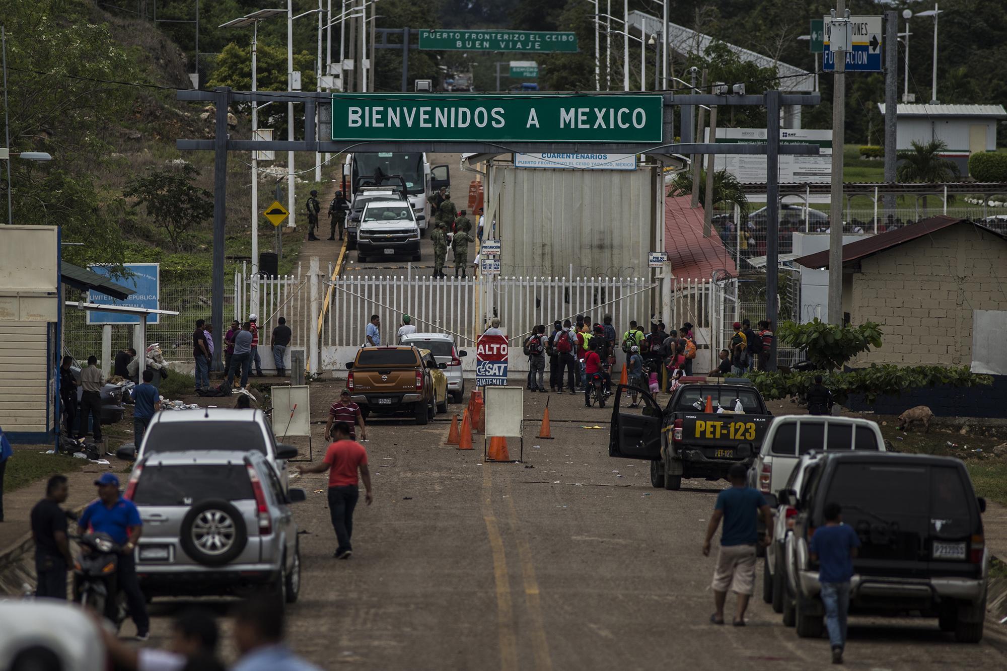 Minutos después de que la caravana ingresara a México la calle principal de El Ceibo volvió a la normalidad, a la rutina vacía de una frontera remota. Víctor Peña.