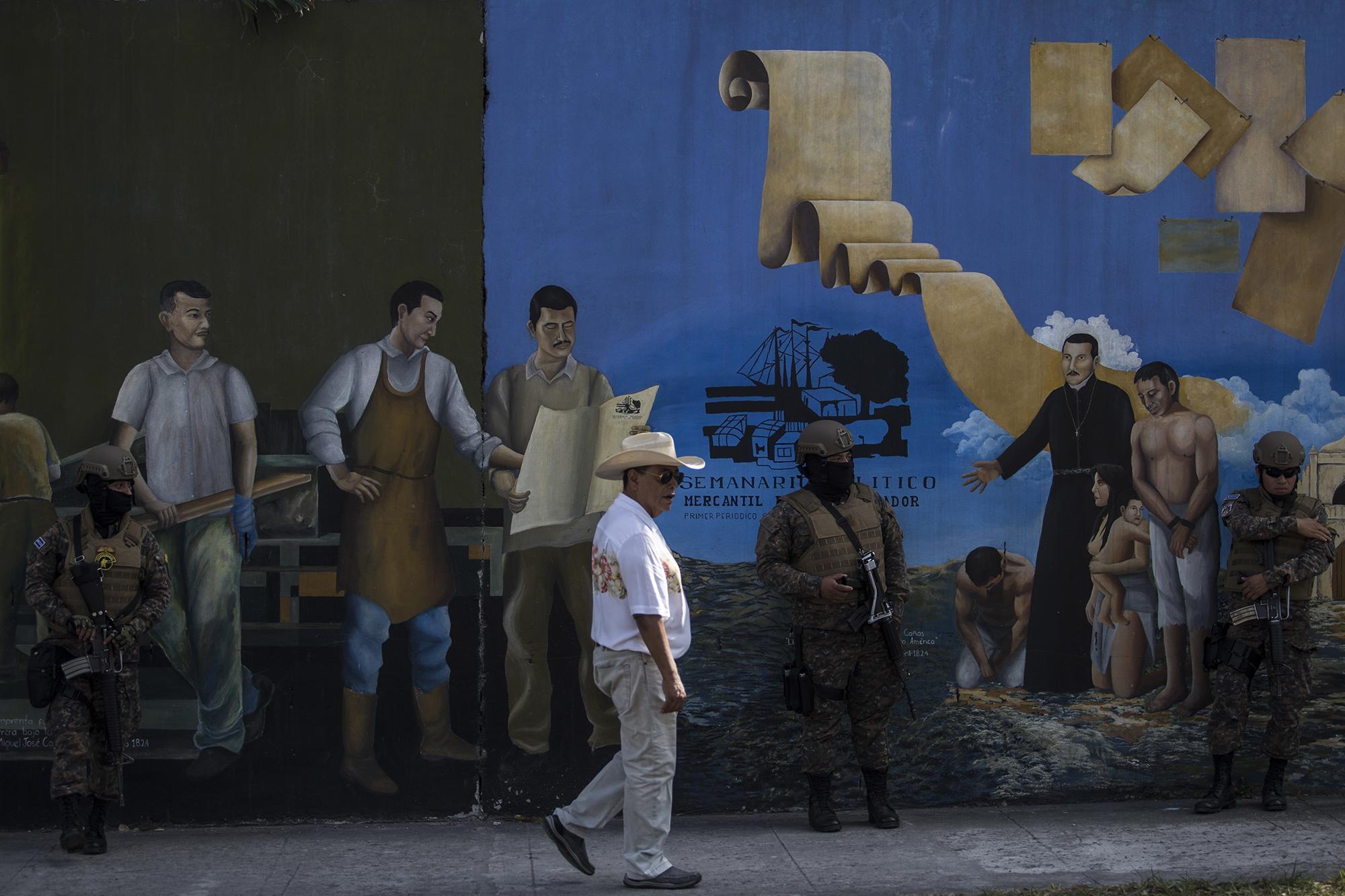 Un dispositivo militar se tomó las calles cercanas a la Asamblea Legislativa desde el sábado 8 de febrero. Decenas de soldados ya vigilaban las calles donde el presidente convocó a la población para manifestarse contra los diputados este 9 de febrero. Foto de El Faro: Víctor Peña.
