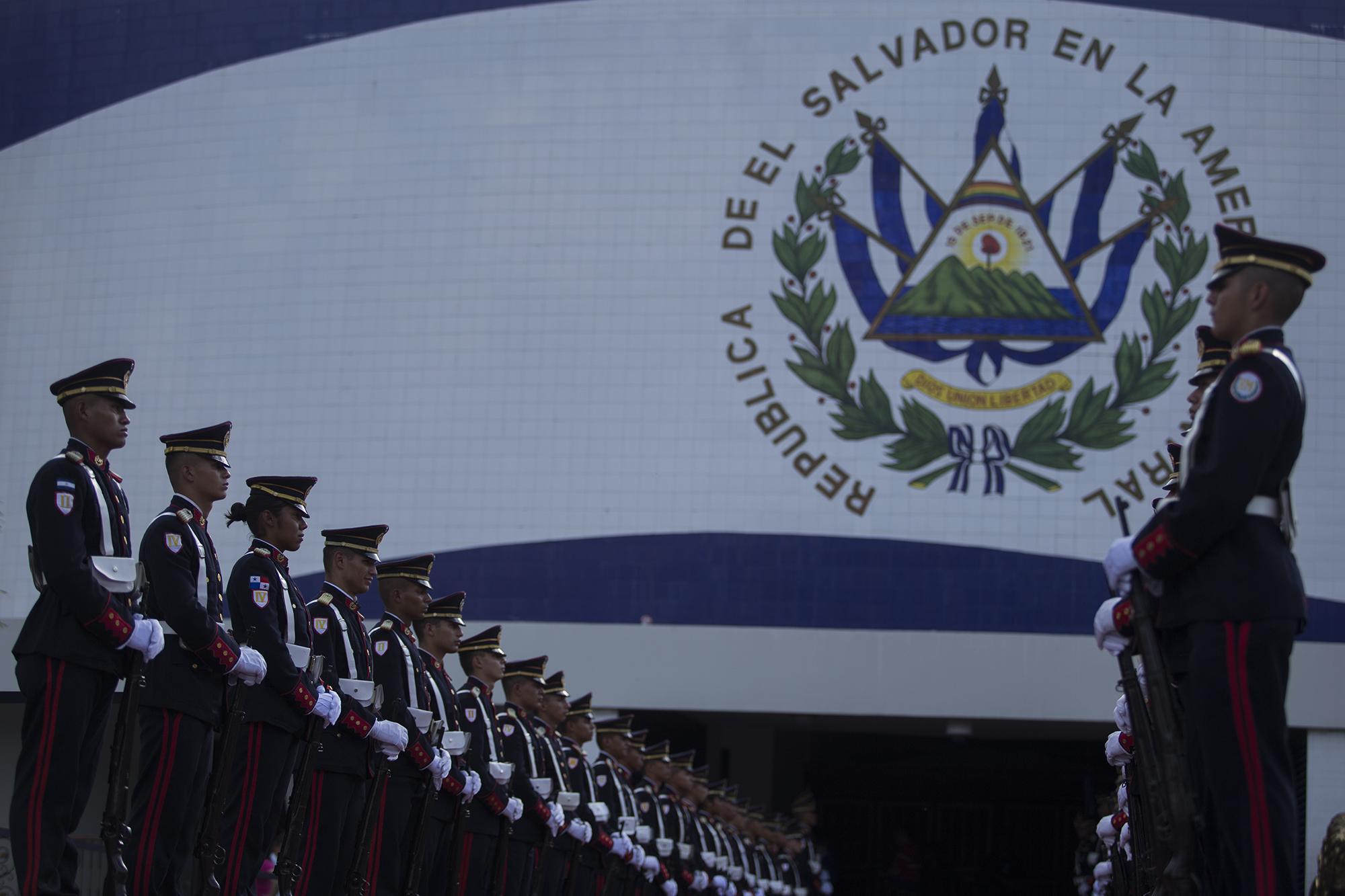 Dos horas antes que de el presidente apareciera, la escolta de cadetes de la Escuela Militar ya estaba instalada frente al Salón Azul, y el Estado Mayor Presidencial tenía control de la Asamblea Legislativa. Foto de El Faro: Víctor Peña.