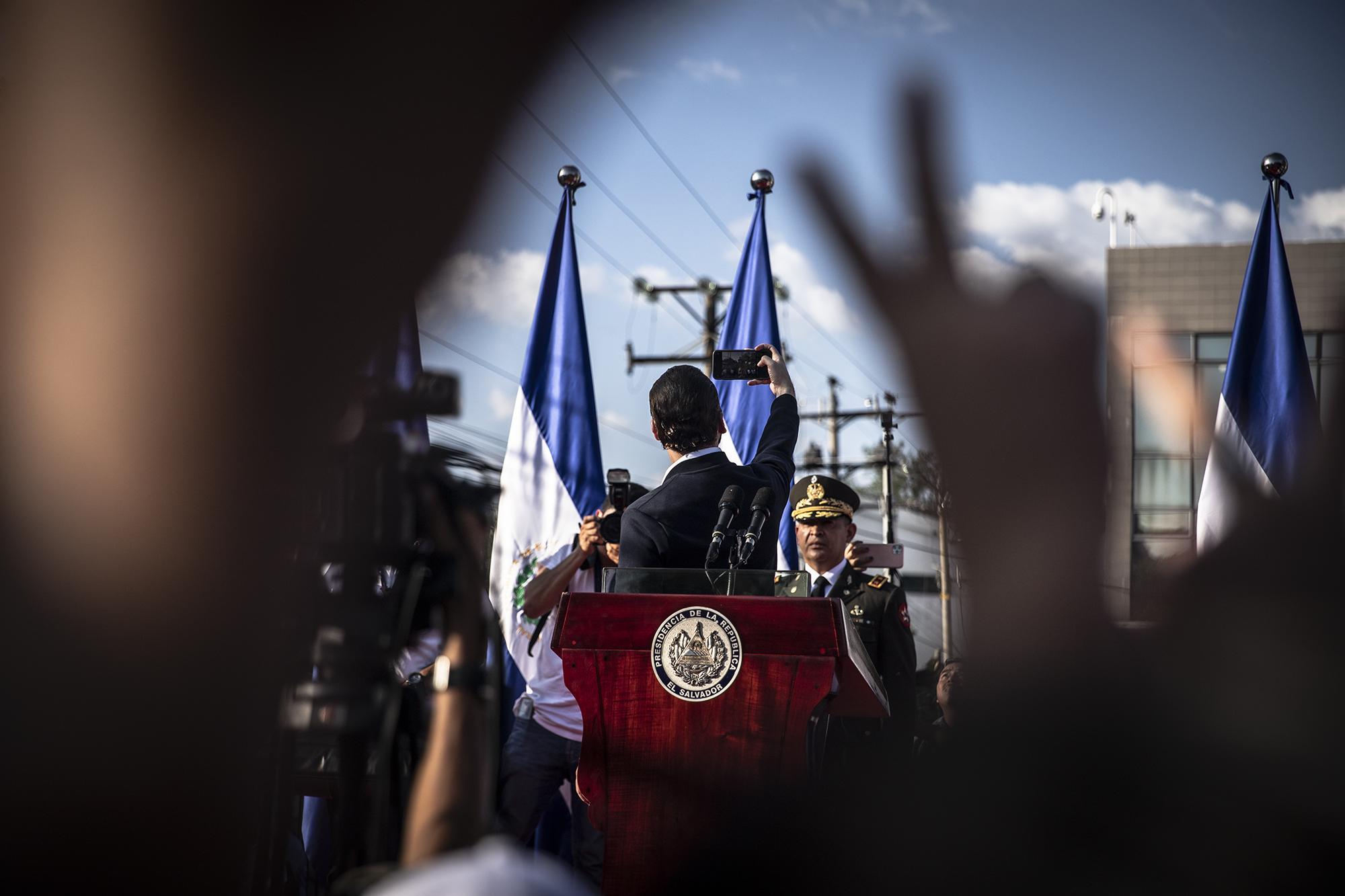 Minutosdespuésde que Bukelesepresentóen latarima este domingo 9 de febrero,repitiófrenteacentenaresde personas el mismogestoquerealizó aquella madrugadadel 3 defebrero de 2019, cuandoanuncióquehabíaganadola Presidenciade El Salvador. Bukele se tomó una selfie . Foto de El Faro: Carlos Barrera