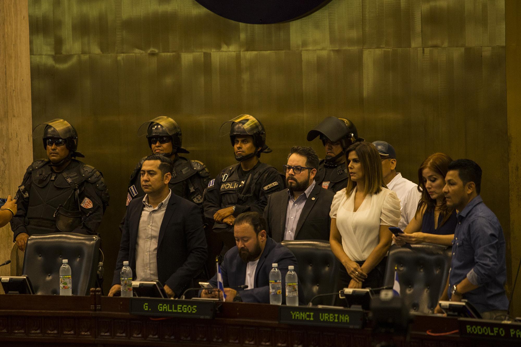 La Unidad del Mantenimiento del Orden (UMO) de la Policía se tomó el espacio de la Junta Directiva de la Asamblea Legislativa. La diputada arenera Felissa Cristales (revisando su teléfono en la imagen), que se presentó en apoyo a Bukele, se retiró molesta al observar la presencia de militares y policías que desplazaron a la seguridad de la Asamblea.Foto de El Faro: Víctor Peña