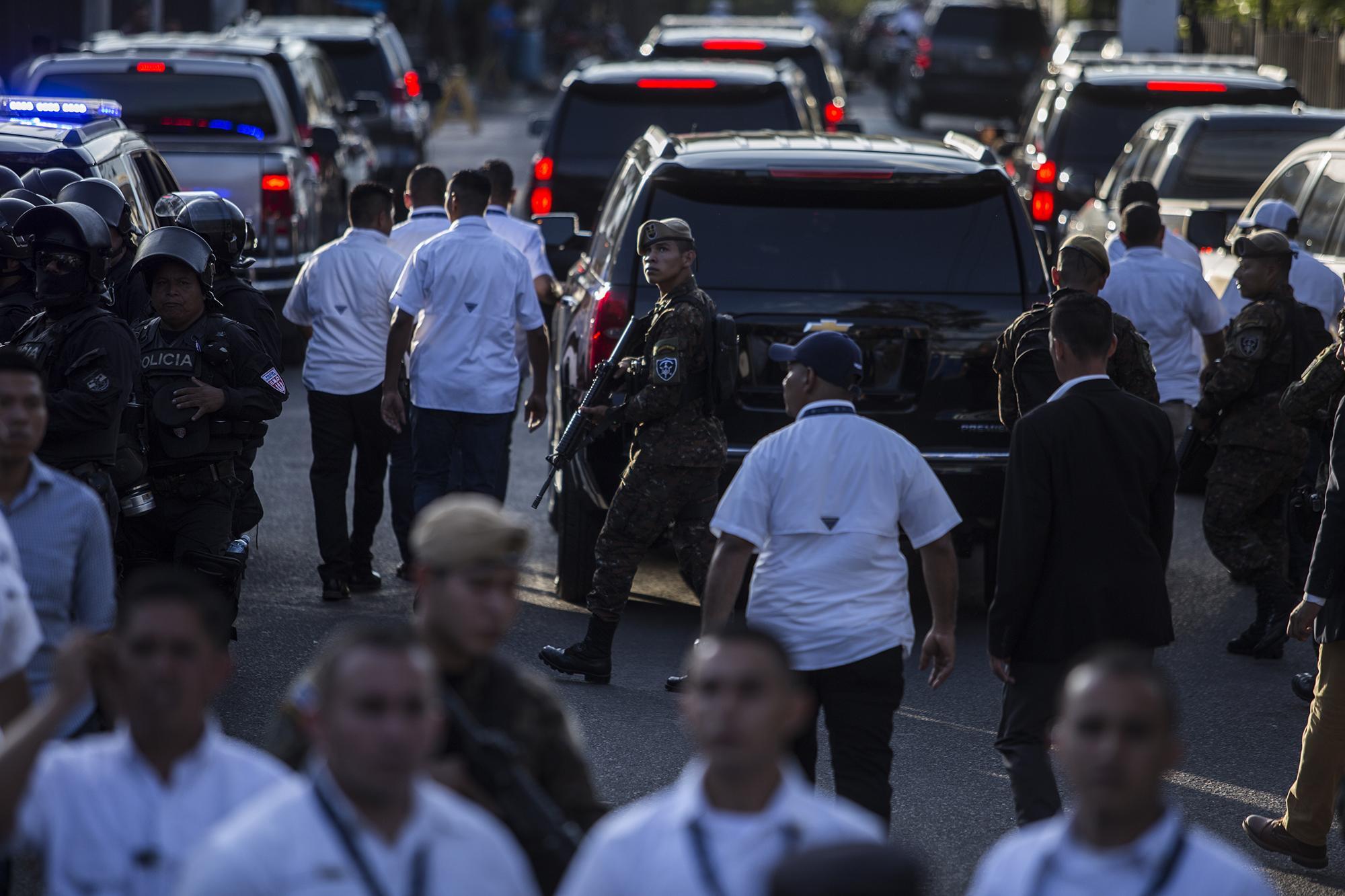 Bukele se retiró a las 5:20 de la tarde, una hora después de haber llegado. Se retiró bajo la protección de un fuerte dispositivo de seguridad y en una caravana de vehículos. Foto de El Faro: Víctor Peña
