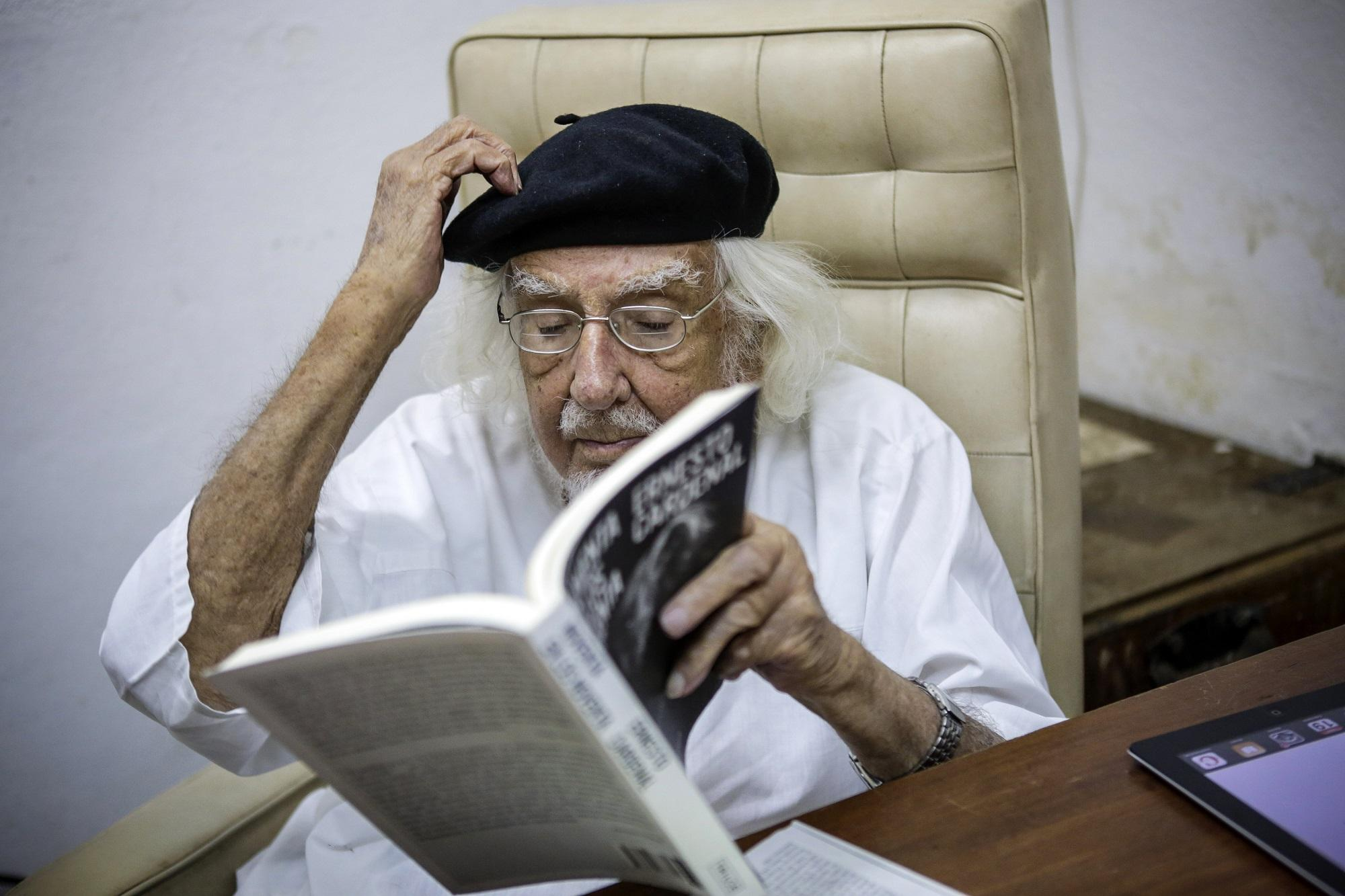 Nicaraguan Priest Ernesto Cardenal reads a book at his office in Managua on January 19, 2015. AFP photo by Inti Ocon.