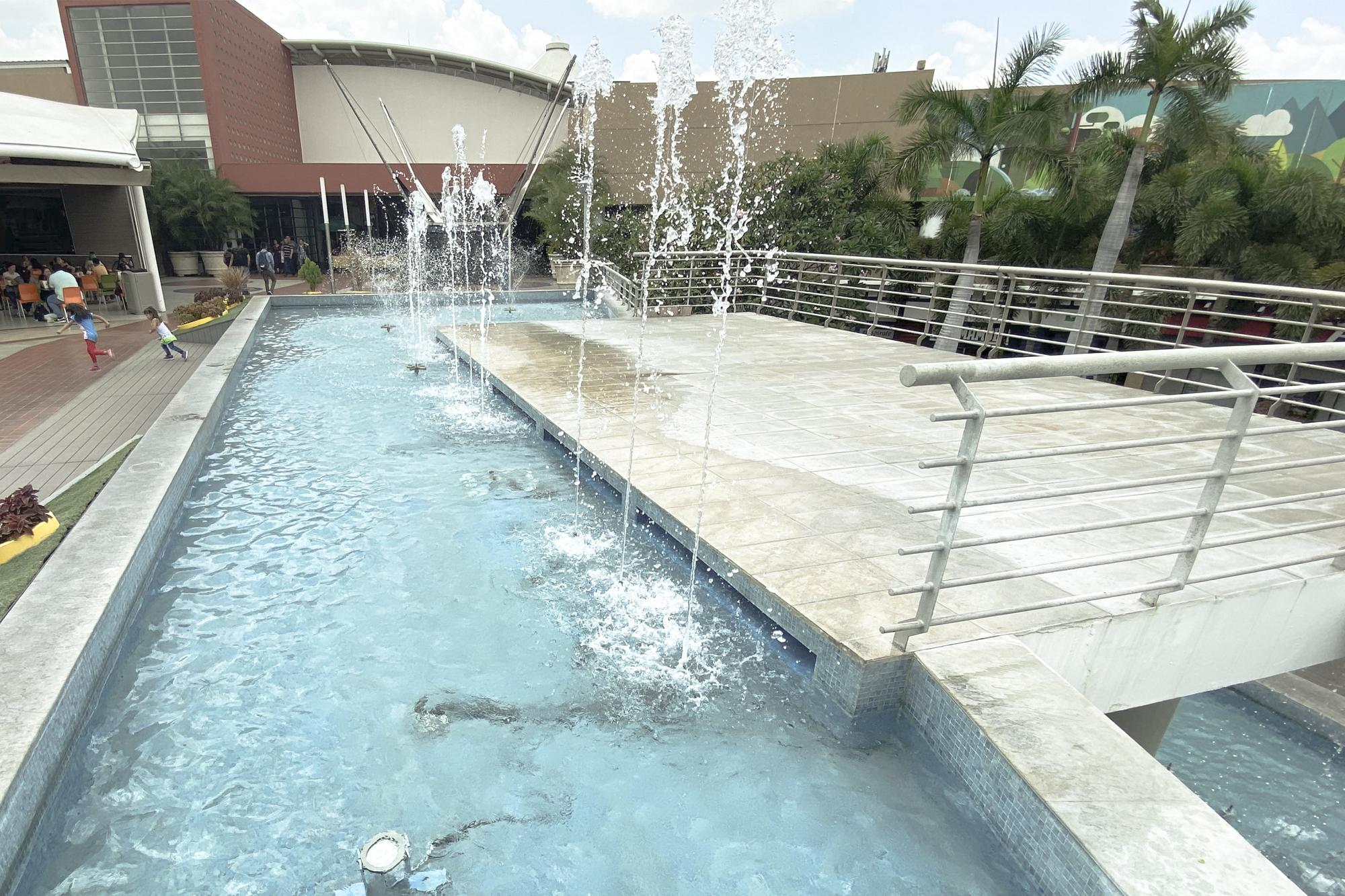 Just 1.1 miles away from San Ernesto, lies an oasis: a cascading fountain in the Plaza Mundo mall. Photo: Carlos Barrera/El Faro