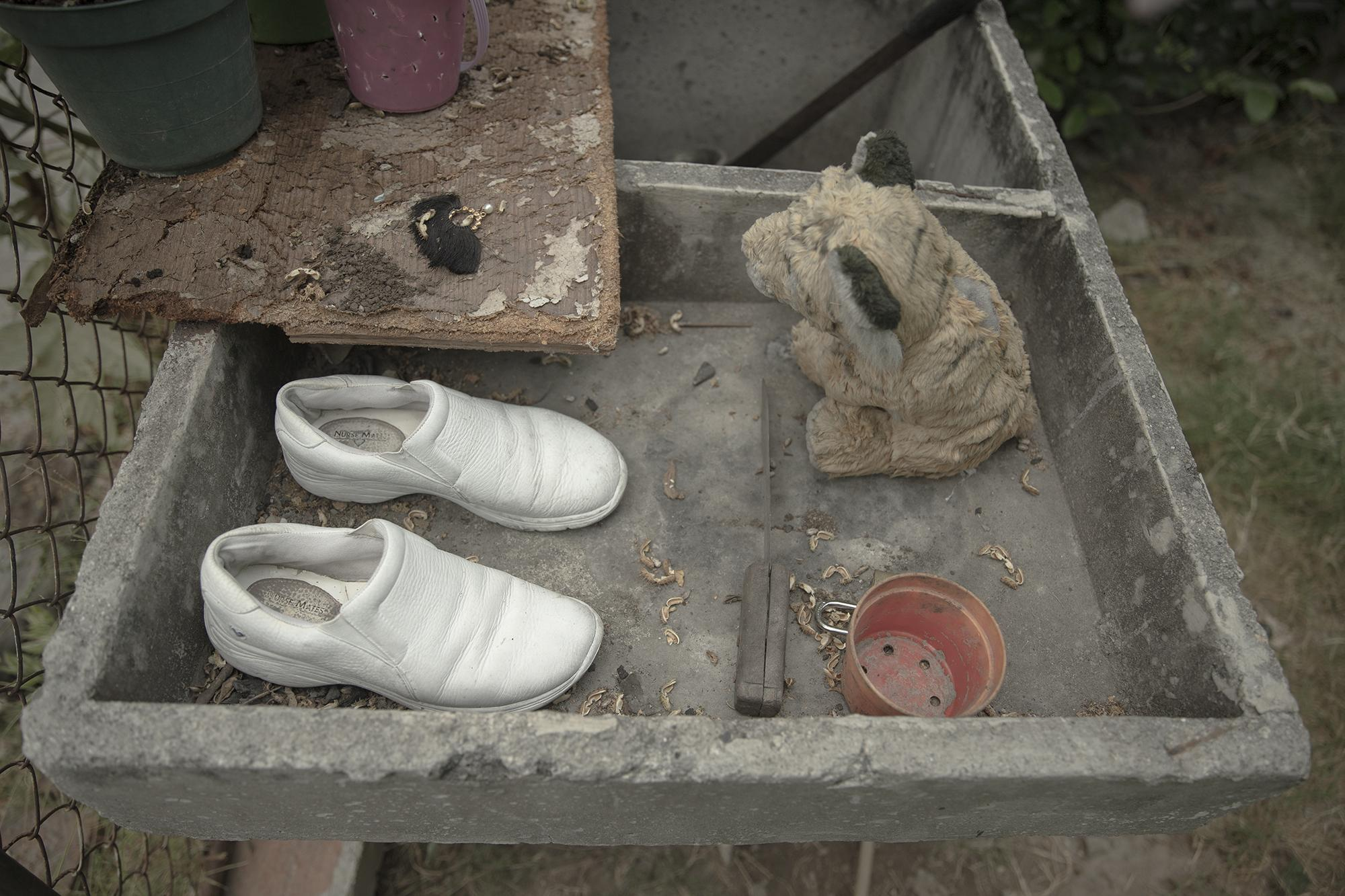 A nurse leaves her shoes outside her home. Under the coronavirus crisis, she's been instructed to bleach her shoes, but the lack of running water renders the task impossible. Photo: Carlos Barrera/El Faro