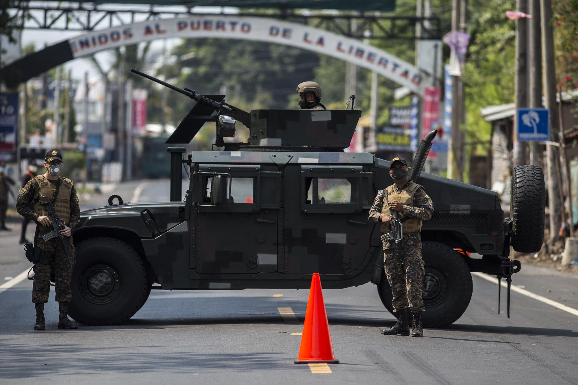 In the evening on Friday, April 17, the armed forces imposed a military blockade to curb traffic through Puerto de La Libertad and enforce the domestic quarantine, according to the office of the president. At the first checkpoint, a humvee and more than ten soldiers cut off access to the town.