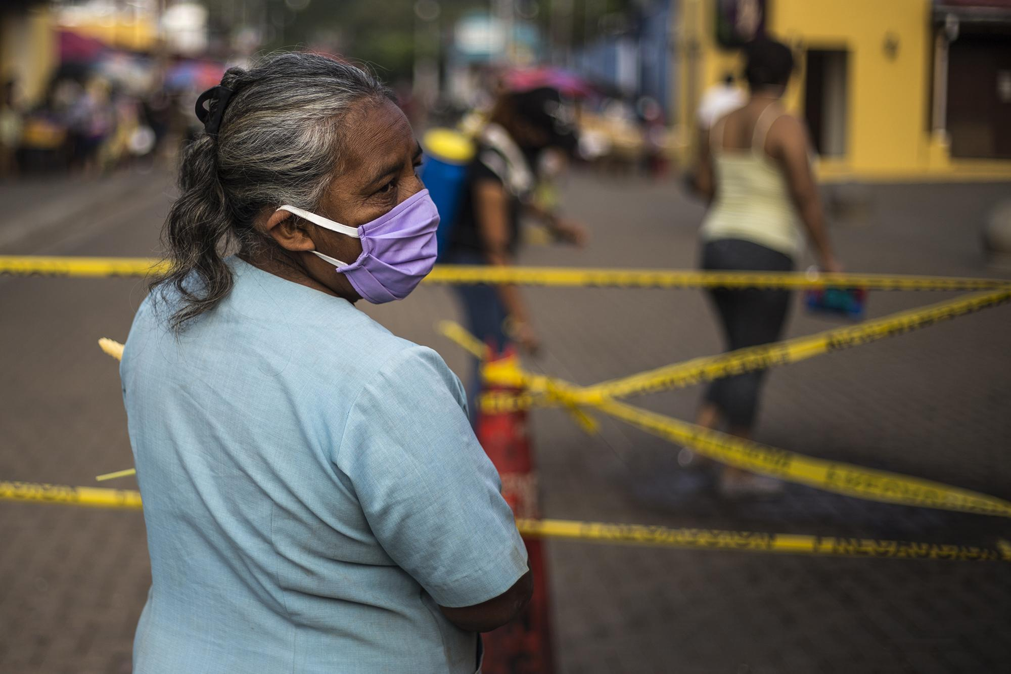 In addition to shielding themselves from the novel coronavirus, women in El Salvador are weathering another pandemic: acts of gender-based violence. Photo: Víctor Peña/El Faro