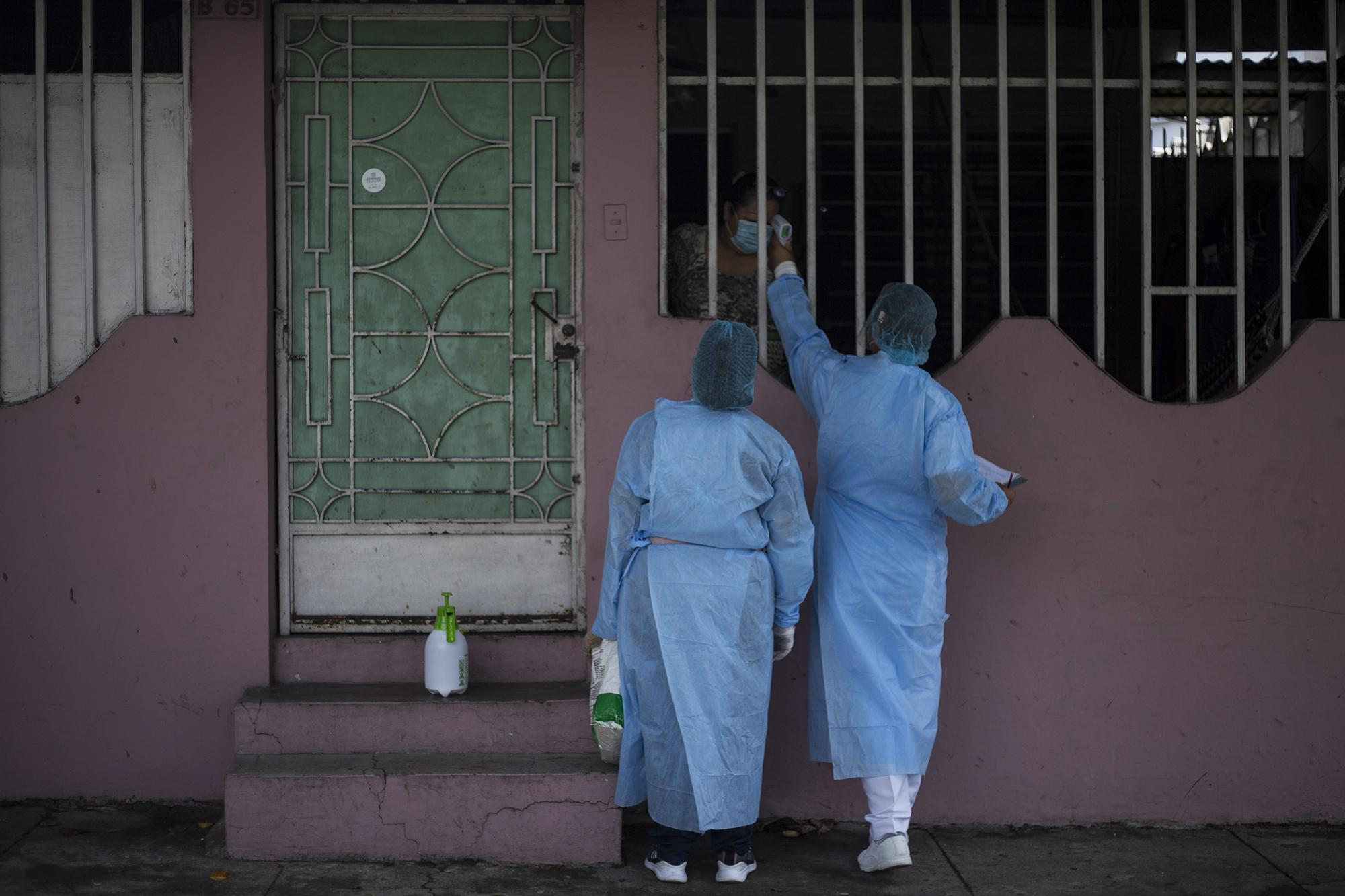A medical response team travels door-to-door through the neighborhoods of Soyapango to detect cases of covid-19, check temperatures, and give instructions on social distancing, the use of masks, and handwashing. This team, which works in one of the most populated municipalities in the department of San Salvador, has reported up to six suspected covid-19 cases every day since it began working on May 23.