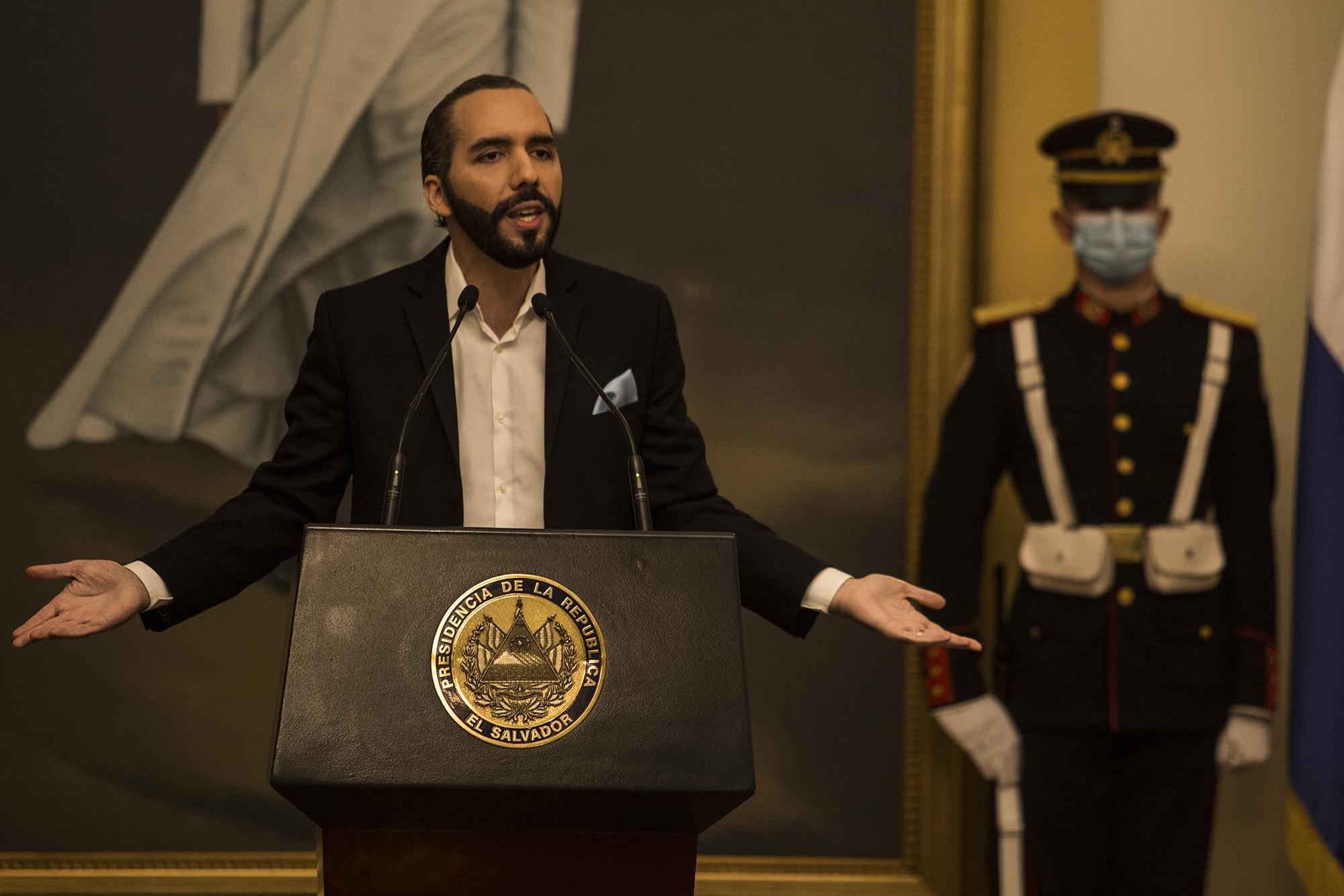 Nayib Bukele durante la cadena nacional en la que aseguró que contra El Faro hay una investigación por evasión y lavado de dinero. Foto de Víctor Peña.