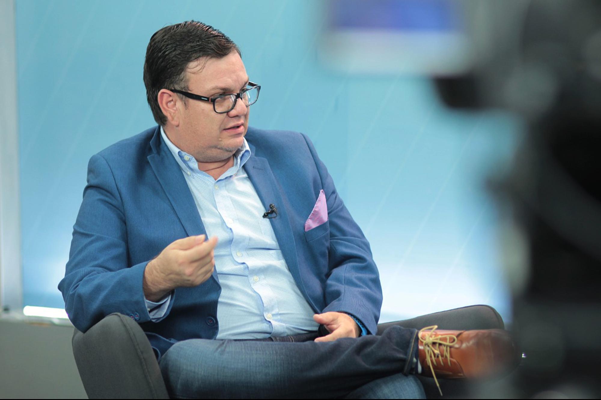 Christian Guevara, candidato a diputado por Nuevas Ideas, en el departamento de San Salvador, durante una entrevista televisiva, octubre de 2020. Foto de El Faro: Cortesía de @informaTVX.