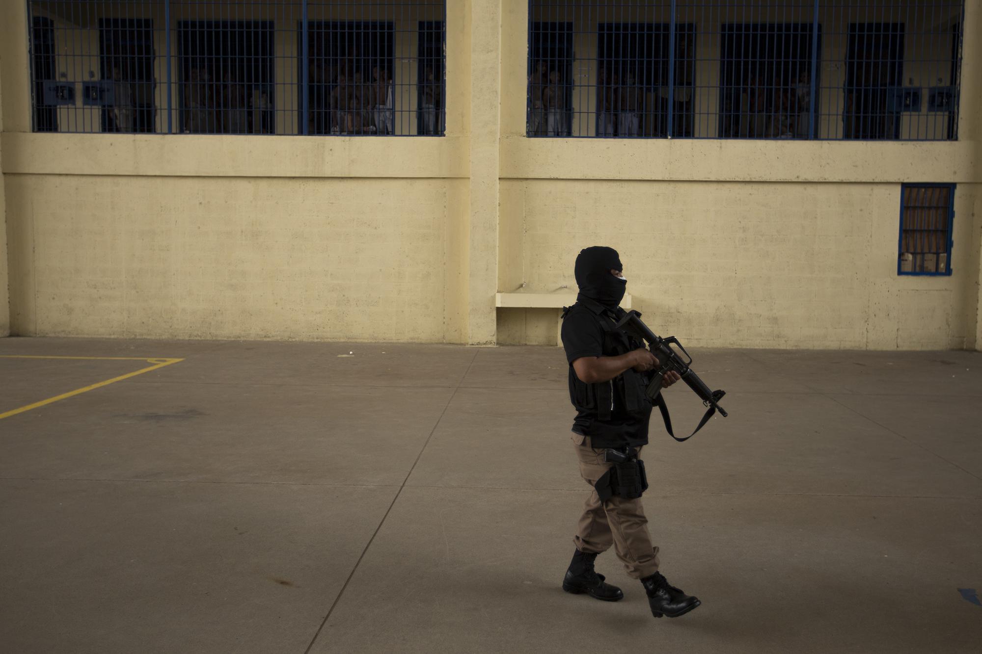 Un custodio de de la Dirección de Centros Penales camina sobre uno de los sectores de la Fase III del Centro Penitenciario de Izalco, durante una visita oficial, el 27 de abril de 2020. Foto de El Faro: Víctor Peña.