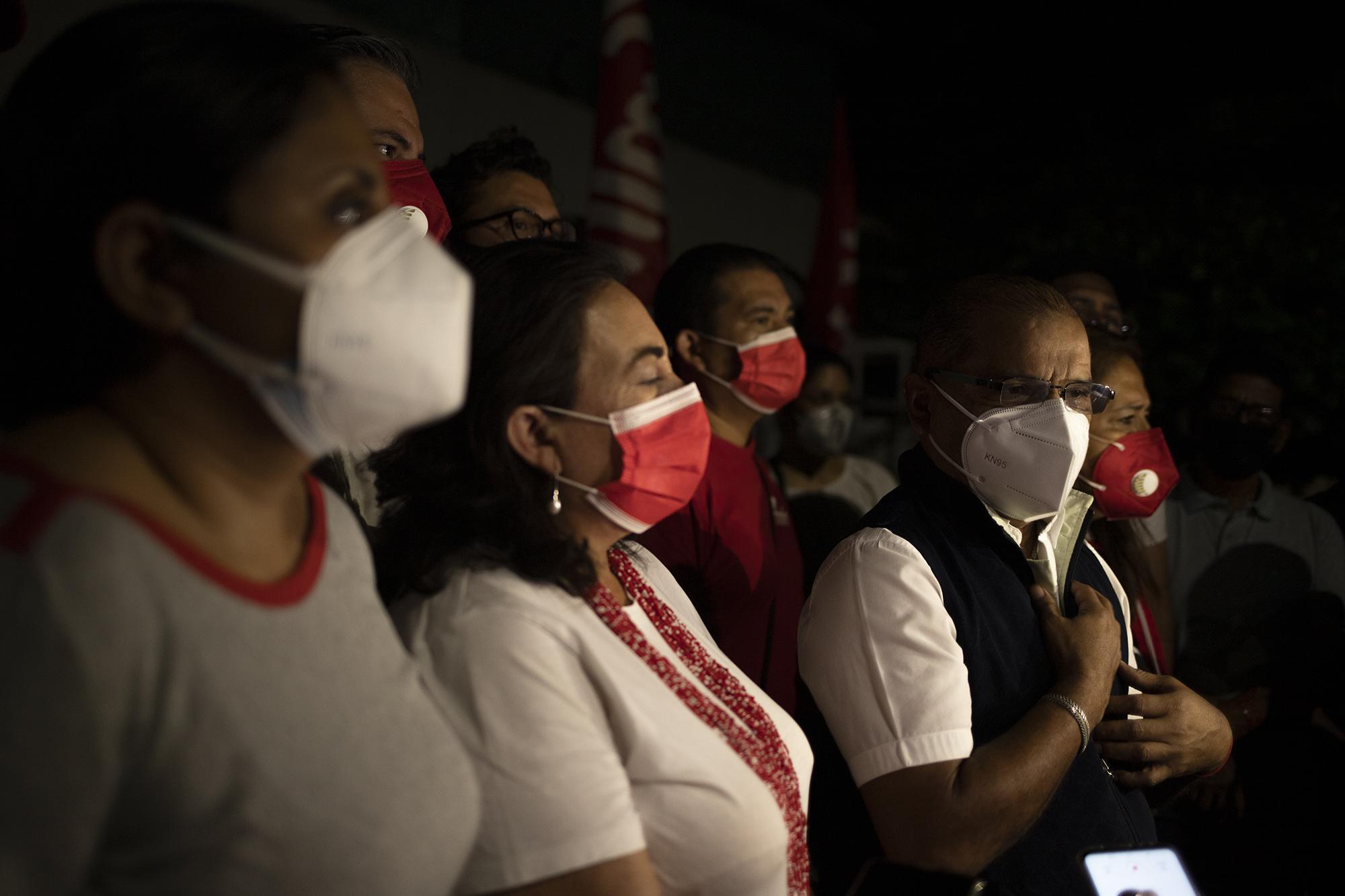 Miembros de la cúpula del Fmln encabezados por Óscar Ortiz brindaron una conferencia de prensa en la entrada del hospital Rosales, allí los líderes del partido condenaron el atentado sufrido por los simpatizantes y pidieron a las autoridades esclarecer el caso para que se haga justicia. Foto de El Faro: Carlos Barrera