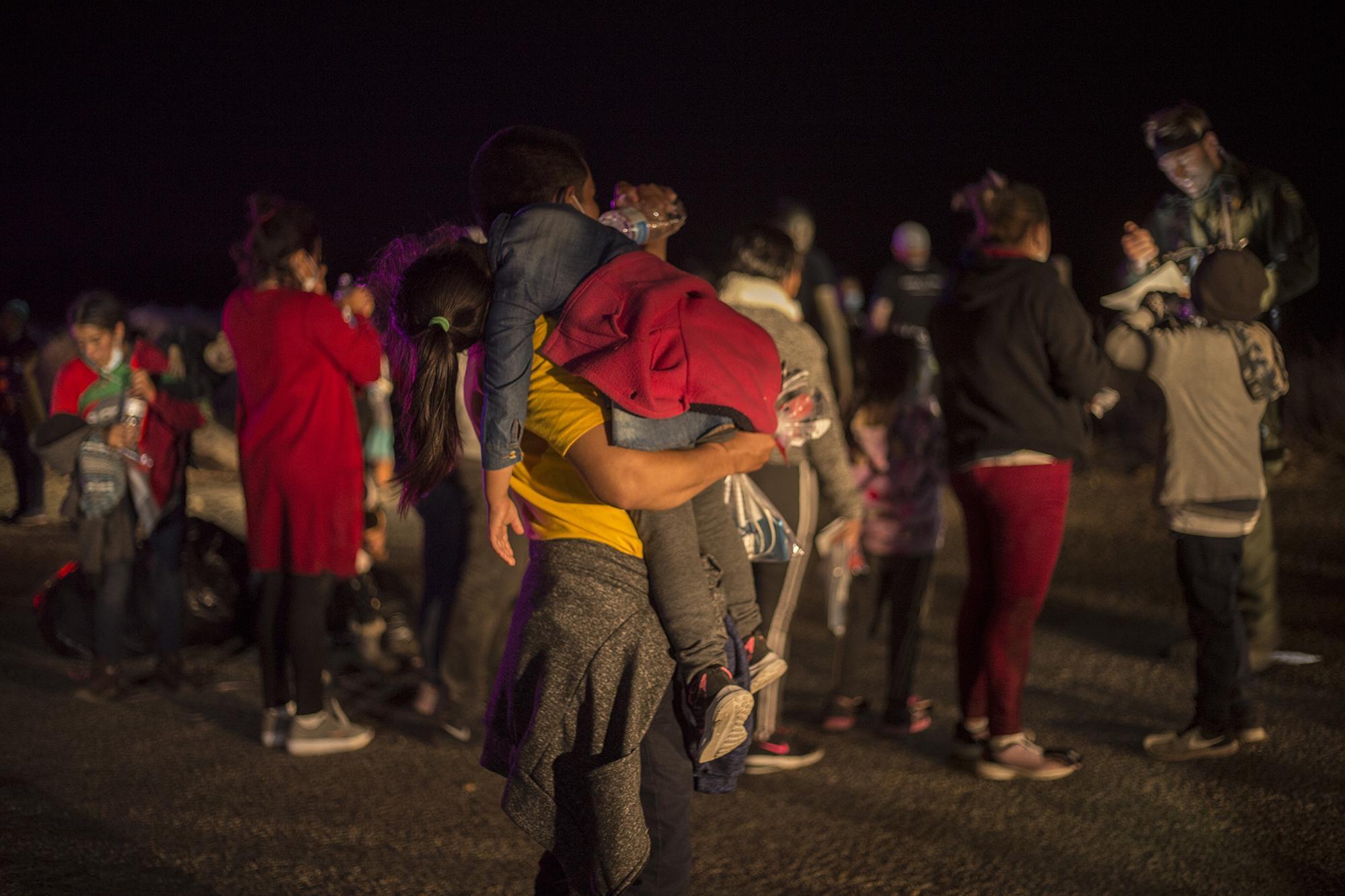 El viernes 26 de marzo, en el transcurso de cuatro horas, alrededor de 300 adultos ingresaron de manera indocumentada por el paso fronterizo entre la ciudad de Miguel Alemán, en el estado de Tamaulipas, México, y la ciudad de Roma, en el Estado de Texas, Estados Unidos. Cada persona se hacía acompañar de uno o dos menores que salieron para entregarse a la Patrulla Fronteriza. En ese mismo grupo, había también unos 20 menores que viajaban solos.