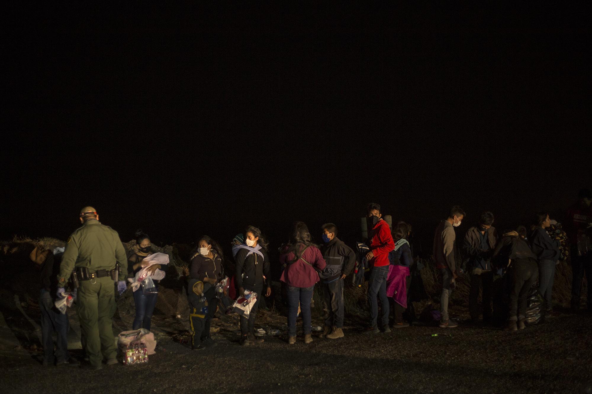 En la noche en Roma, no hubo imágenes de gente corriendo en territorio estadounidense, intentando evadir a las autoridades. Grupos de cinco, diez, hasta 20 personas, llegan por veredas hasta este punto para entregarse a la Patrulla Fronteriza. Buscan pedir asilo. Los agentes solo esperan cada noche la llegada de los centroamericanos.