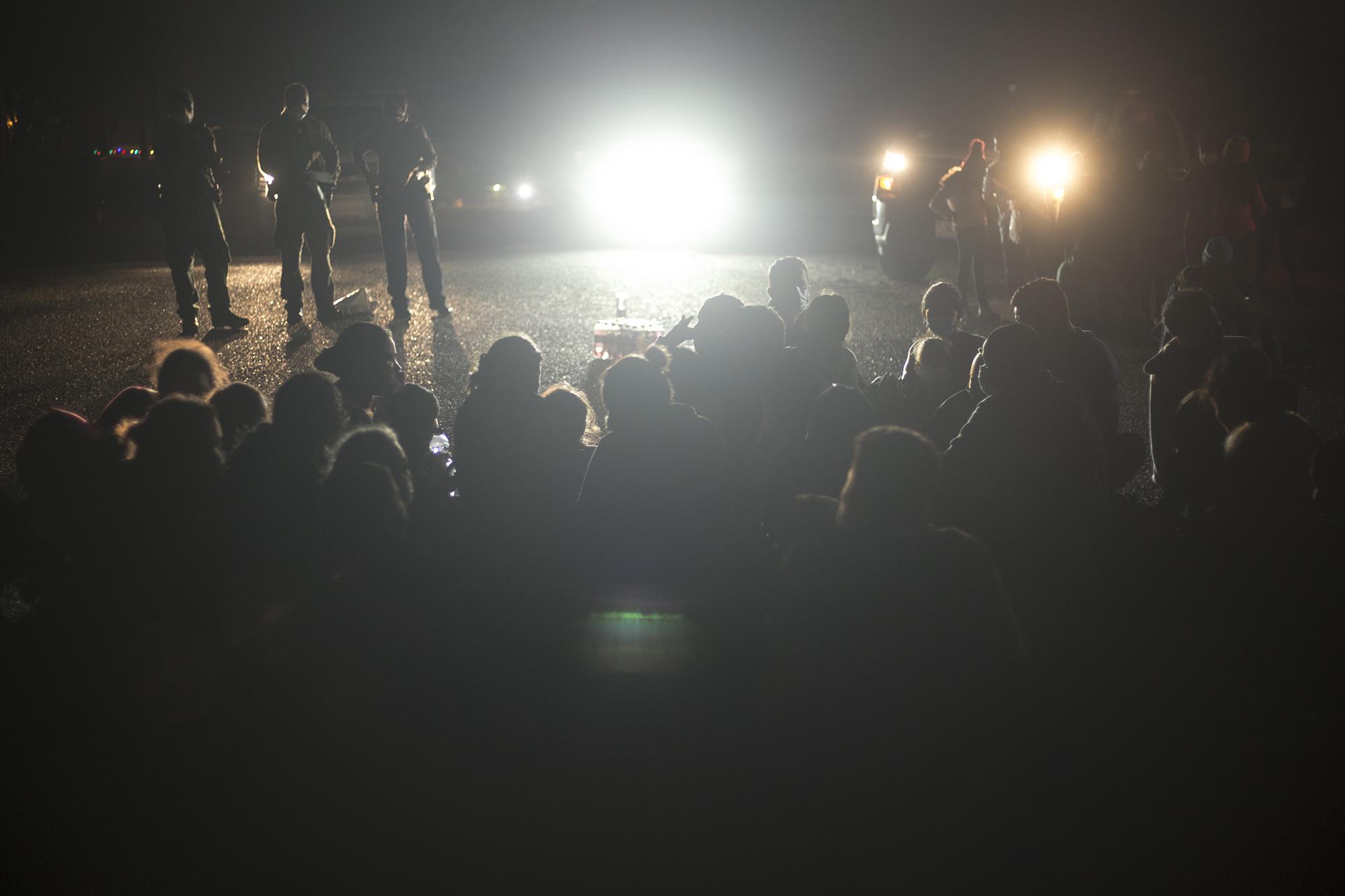 Hay decenas de menores en brazos de sus padres. Un numeroso grupo espera sentado sobre el polvo para hacer el registro formal con las autoridades, en Roma, Texas. Algunos vecinos de la ciudad llegan hasta este punto cercano al río para regalar agua y algo de comida a esa multitud que hora tras hora sigue creciendo.
