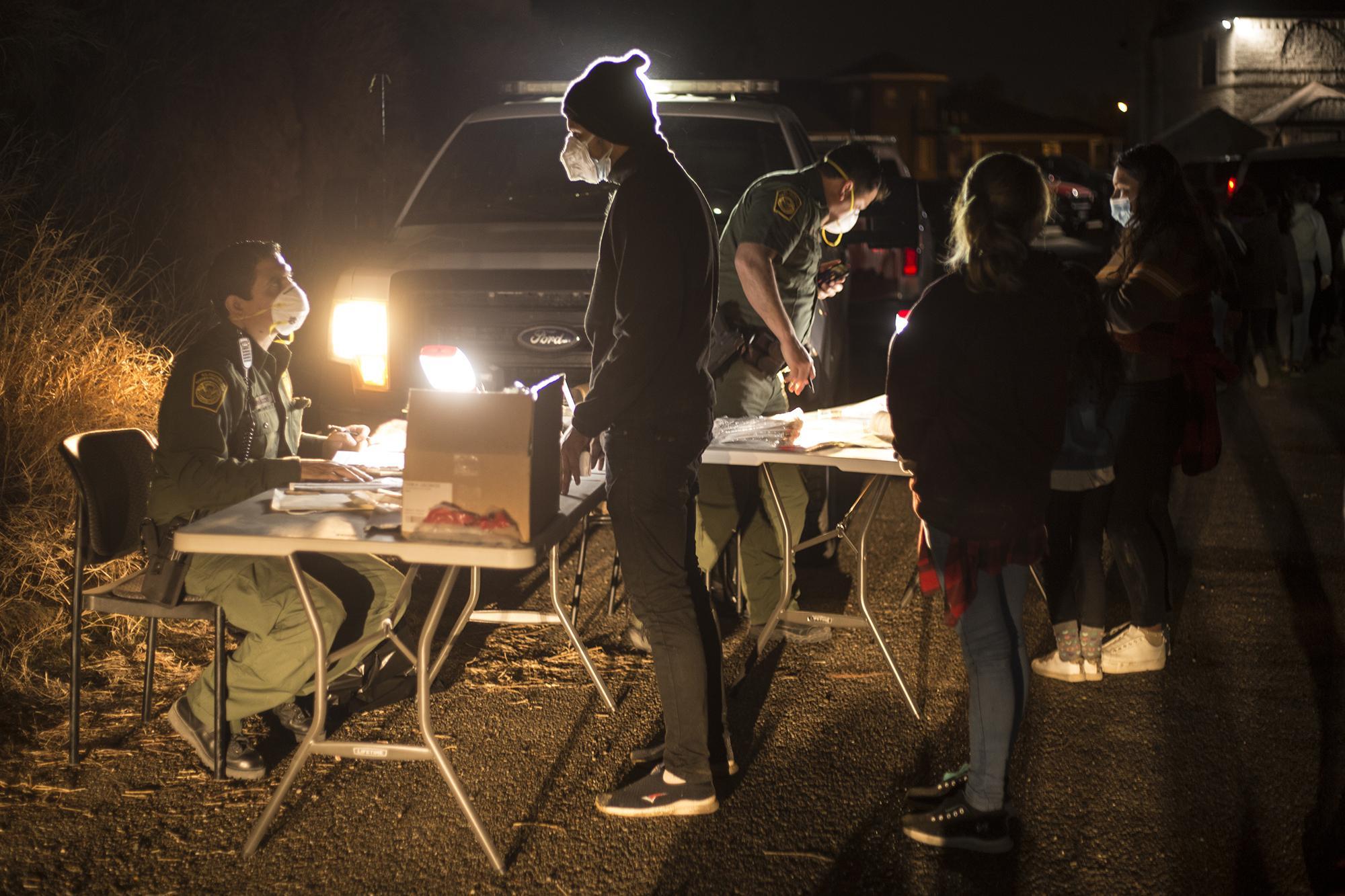 La Patrulla Fronteriza ha improvisado su oficina sobre una calle polvosa, paralela a la carretera principal de la ciudad de Roma. En los últimos 15 días, todas las noches reciben a decenas de migrantes hondureños, guatemaltecos y salvadoreños en busca de asilo.