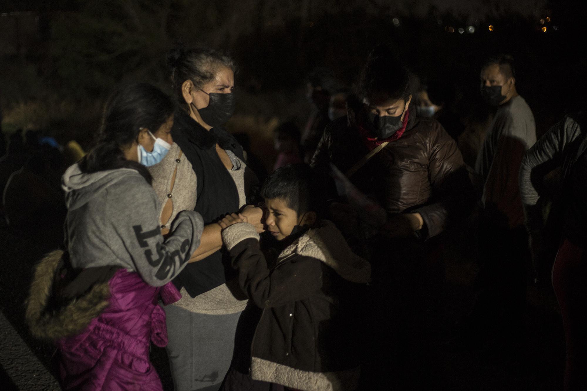 """Tres niños lloran y abrazan a su abuela materna, quien corrió asustada al ver a los agentes de la Patrulla Fronteriza. Tras el intento de escape, la separaron de grupo y, unas horas después, la trasladaron bajo detención. Es una familia de cinco hondureños que huye de la violencia de su país. """"Ella es lo único que tengo. Si la regresan, me la van a matar"""", le decía su hija a un agente, mientras todos se aferraban a su matriarca, en horas de la madrugada del 27 de marzo."""