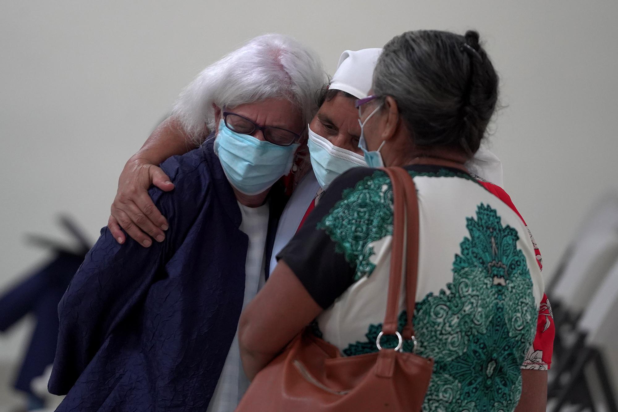 Al final de su declaración, Terry Karl recibió agradecimientos de Pantaleona López y Rosario López, ambas sobrevivientes de la masacre en el cantón La Joya, del municipio de Meanguera. Foto de El Faro: Víctor Peña.