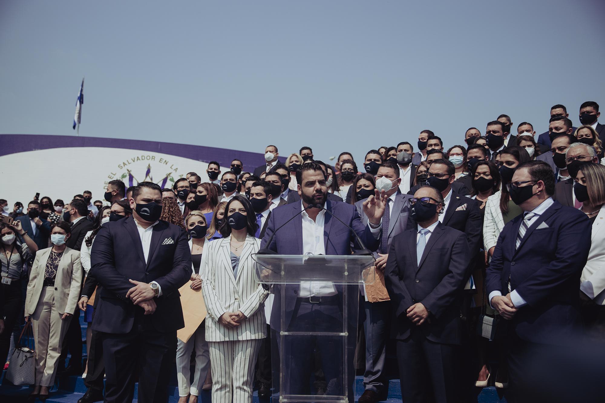 EL presidente de Nuevas Ideas, Xavier Zablah Bukele, acompaño a los diputados del partido a la toma de posesión en la Asamblea Legislativa y brindó declaraciones antes del inicio de la primera plenaria. Foto de El Faro: Carlos Barrera