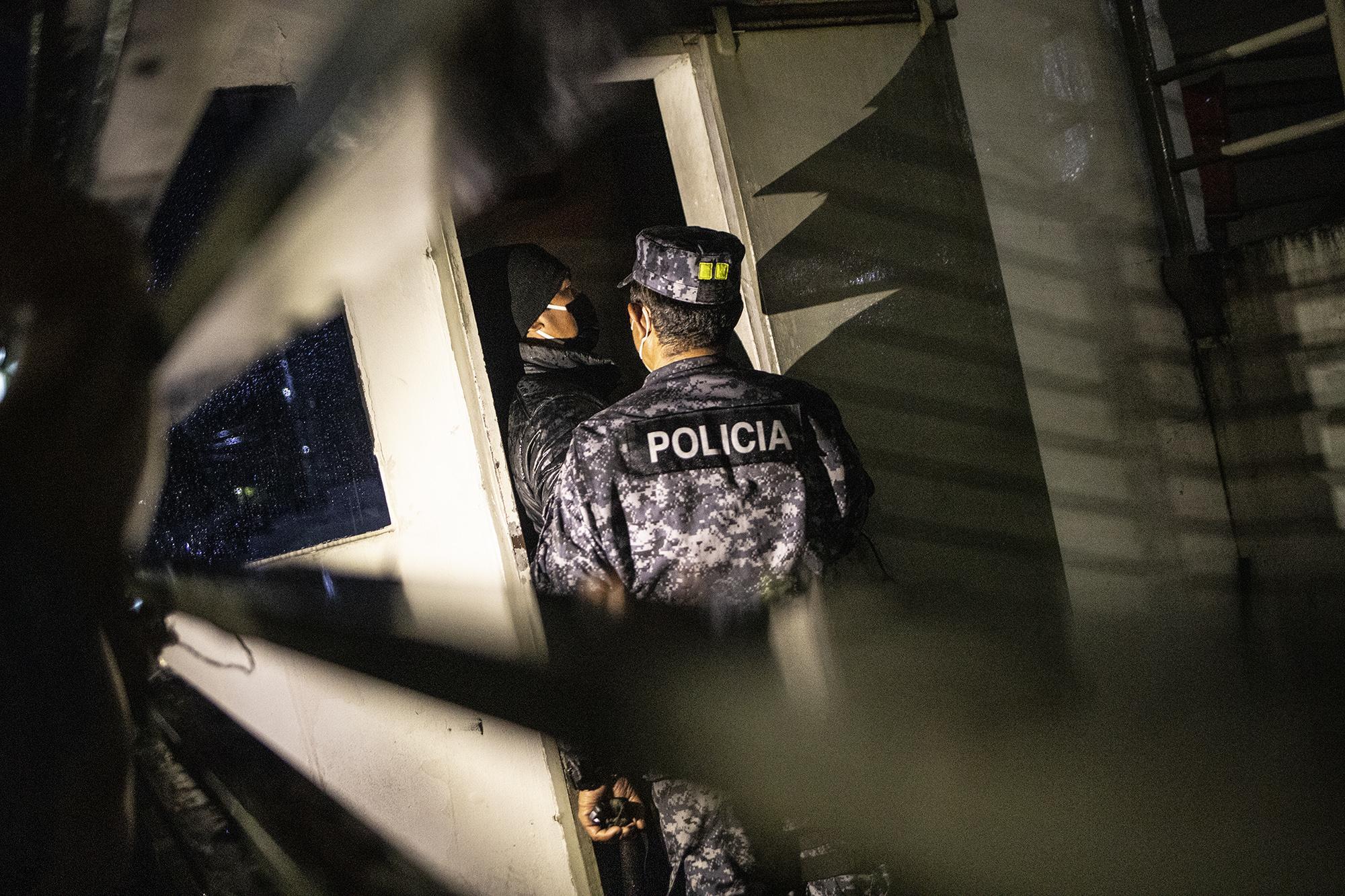 En horas de la madrugada de este domingo 2 de mayo, un agente de la PNC interpela a un vigilante de la Fiscalía: