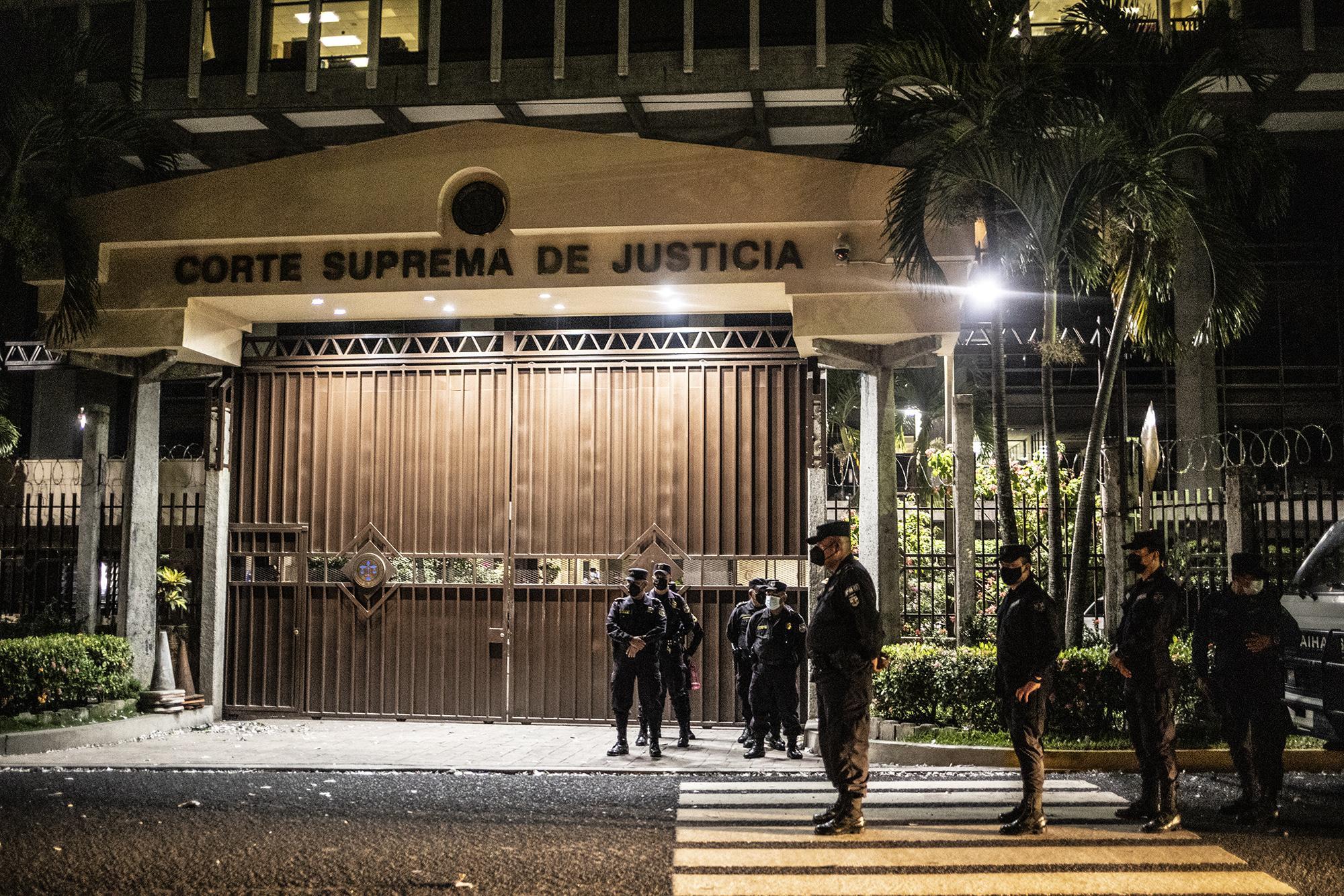 El sábado 1 de mayo de 2021, la PNC custodiaba la entrada sur del edificio de la Corte Suprema mientras en el Salón Azul de la Asamblea Legislativa, los diputados del período 2021-2024 juramentaban a nuevos magistrados de la Sala de lo Constitucional. Foto de El Faro: Carlos Barrera