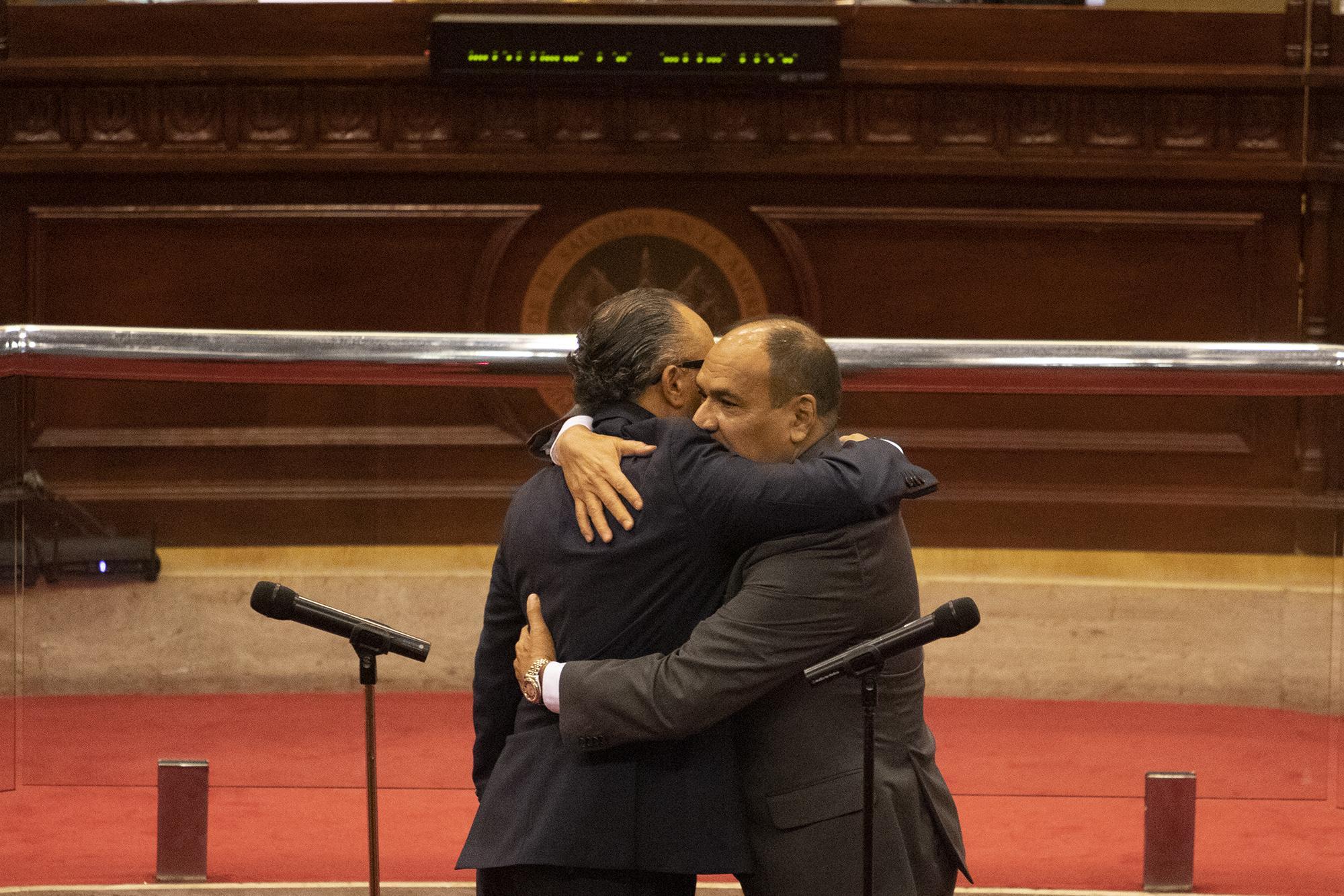 El presidente de la Asamblea Legislativa, Ernesto Castro, del partido Nuevas Ideas, se abraza con Óscar López Jeréz, magistrado de la CSJ del período 2015-2024 que el 1 de mayo de 2021 fue elegido presidente de la Corte Suprema de Justicia. Foto de El Faro: Carlos Barrera