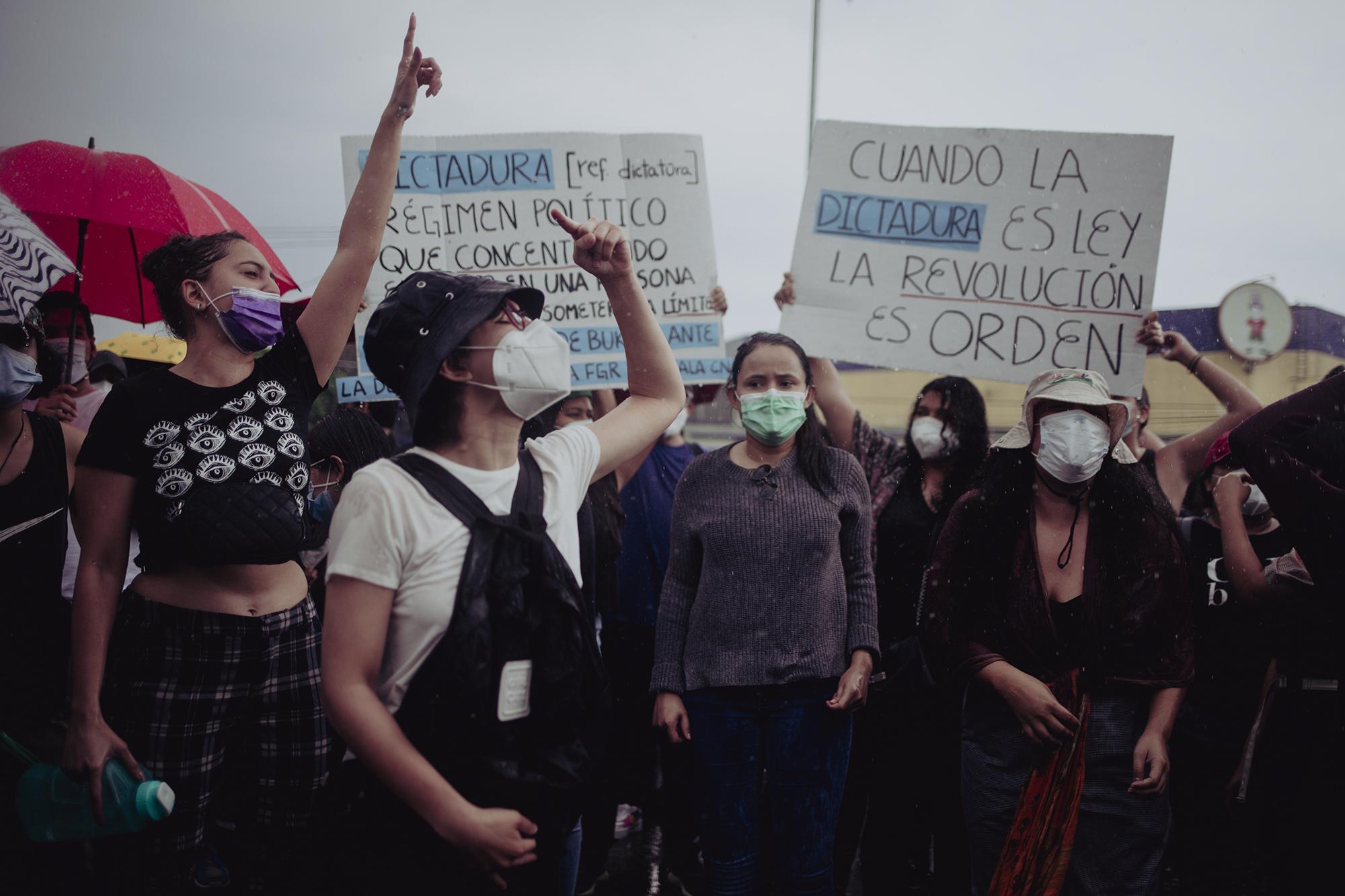 Decenas de personas se concentraron en el monumento a La Constitución de El Salvador para manifestarse luego de que el 1 mayo la Asamblea Legislativa destituyera a los magistrados de la Corte Suprema y al Fiscal General de la República. Foto de El Faro: Carlos Barrera