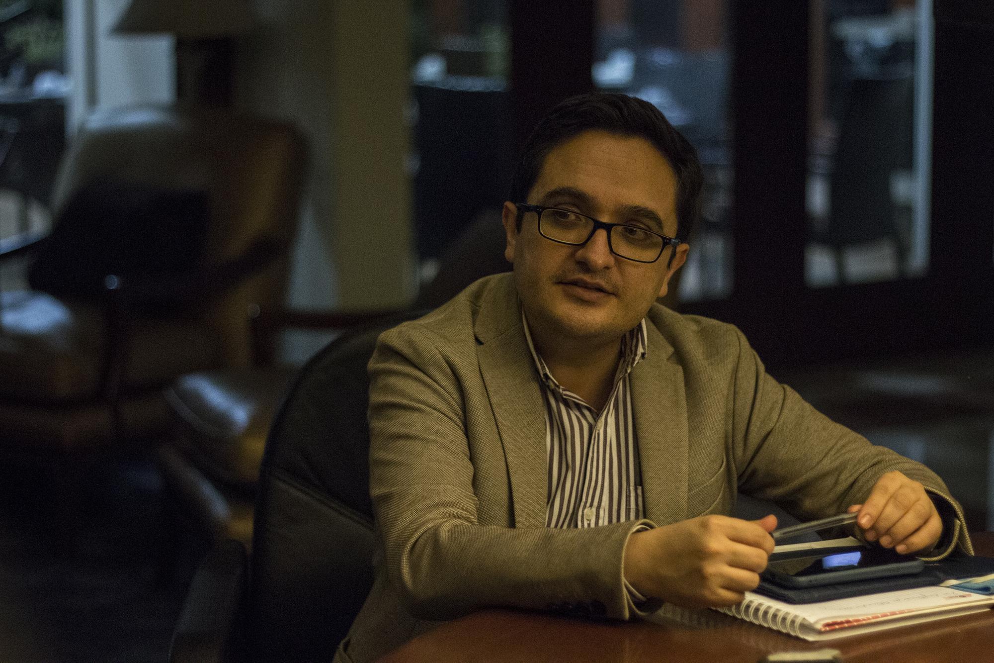 Juan Francisco Sandoval ofrece una entrevista a El Faro, horas después de haber ingresado a El Salvador, tras ser separado de su cargo como jefe de la Fiscalía Especial Contra la Impunidad de Guatemala (FECI).. Foto de El Faro: Víctor Peña.