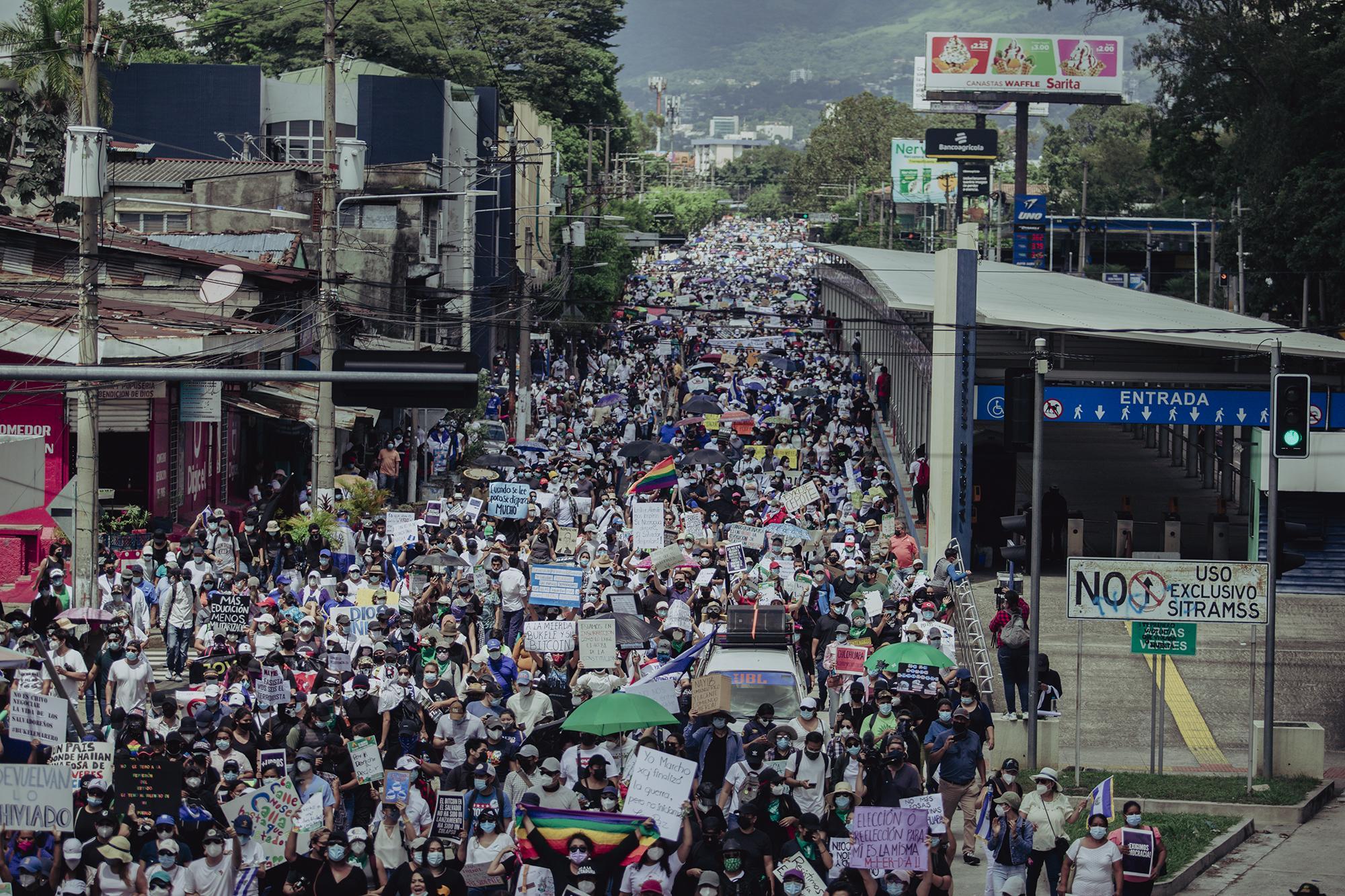 Miles de personas marcharon desde el parque Cuscatlán, y otros sectores de San Salvador, hasta la plaza Morazán, en el Centro Histórico, para manifestarse en contra del mandato presidencial de Bukele y las leyes recién aprobadas por la Asamblea Legislativa controlada por él, como la Ley Bitcoin o la que purga al 30 % de los jueces del país.