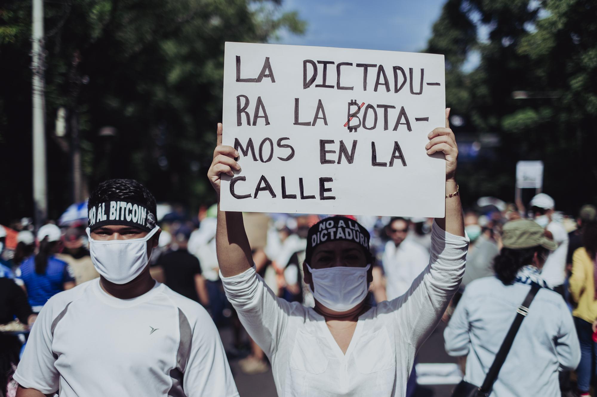 Marta Martínez y su hijo Josué se hicieron presentes a la convocatoria del parque Cuscatlán para marchar en contra de