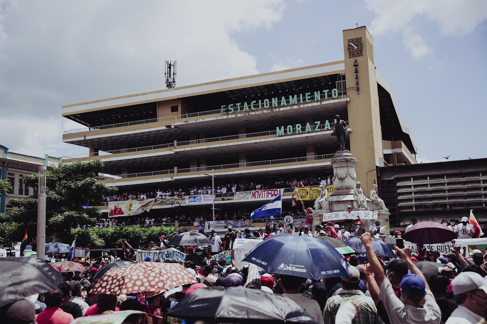 Después del recorrido desde el parque Cuscatlán, grupos de veteranos de guerra y otros sindicalistas se apostaron en la plaza Morazán y gritaron consignas en contra de la ley Bitcoin y del aval de la Sala de Constitucional para la inmediata reelección presidencial.
