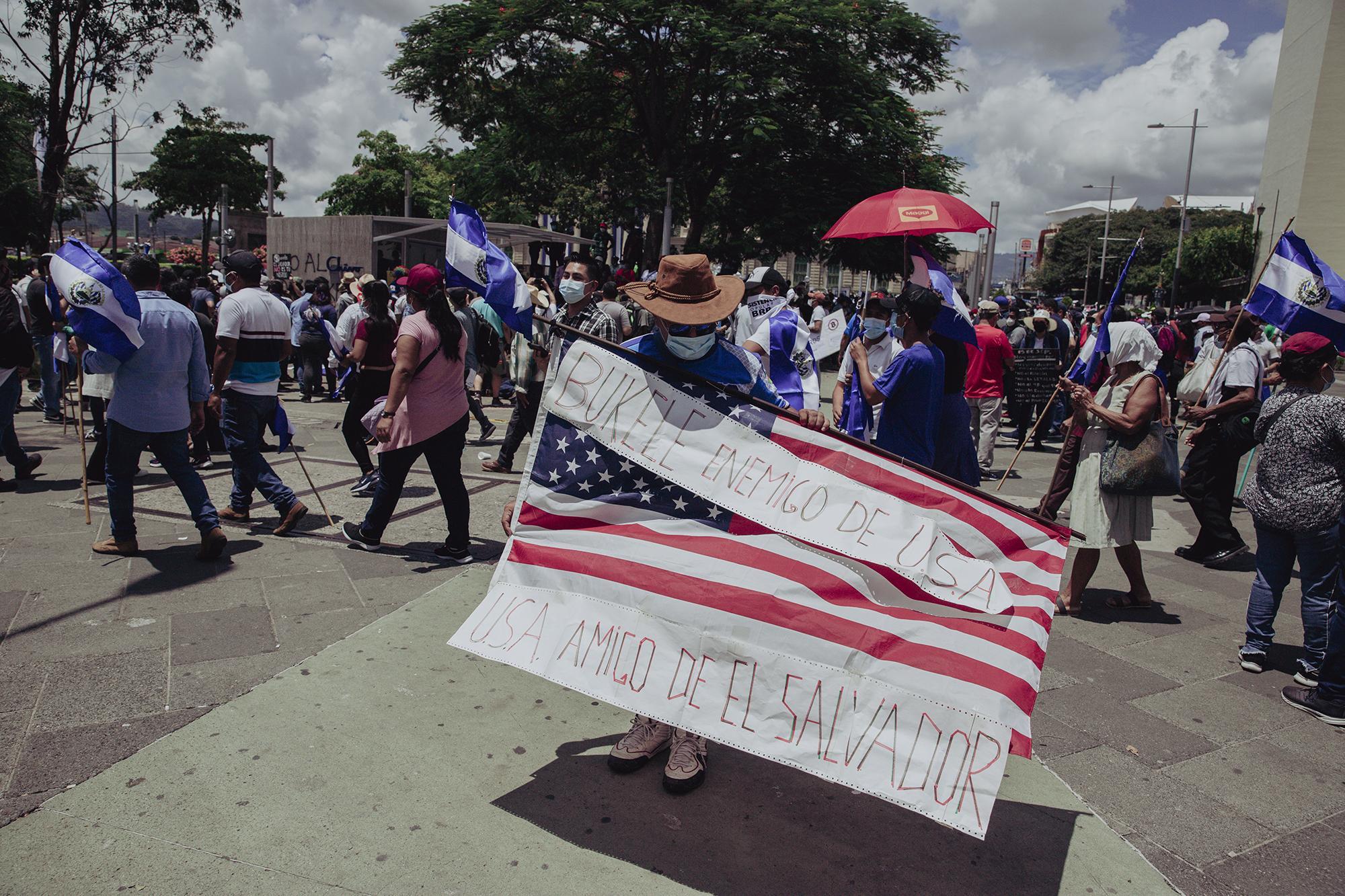 Alexánder Velázquez tiene 20 años de vivir en Dallas, Texas, y viajó para poder salir a manifestarse: