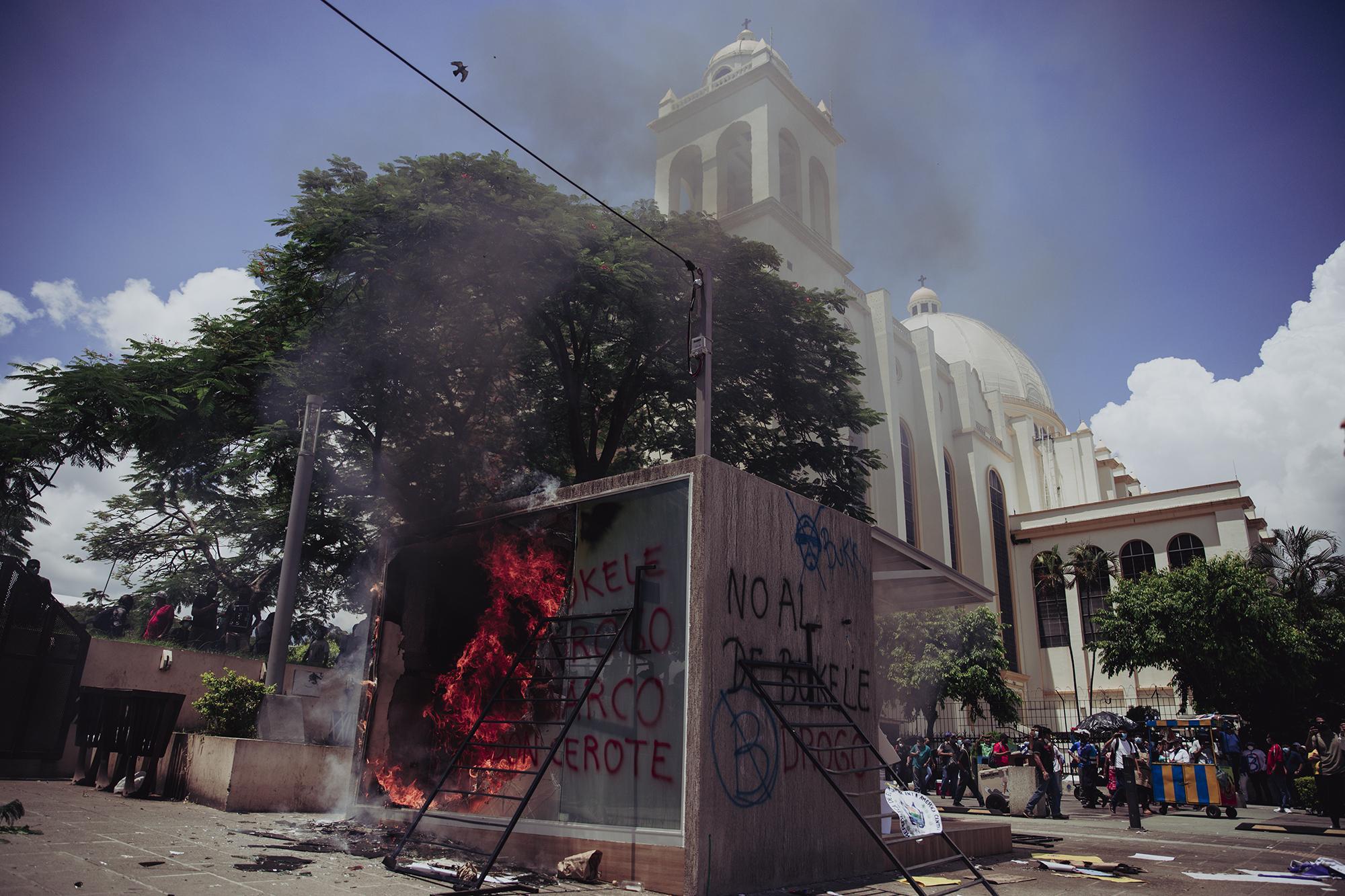 La cabina de cajero Chivo fue totalmente destrozada por el pequeño grupo de manifestantes en la plaza Barrios, eso ocurría mientras en la plaza Morazán, lugar de concentración de la manifestación, estaba llena de manifestantes que protestaban de forma pacífica.