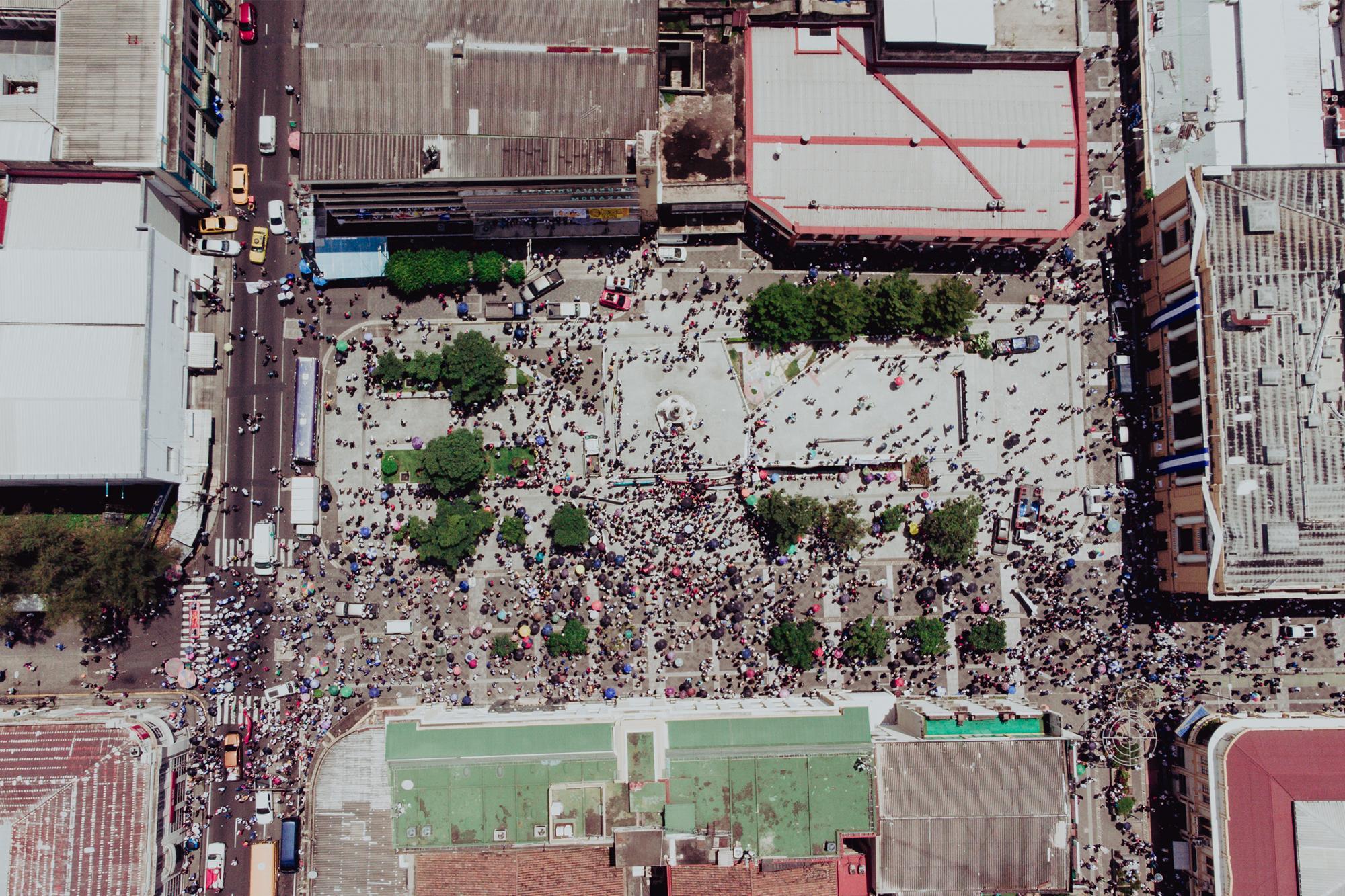 La llegada a la plaza Morazán fue desordenada, esta imagen no define la cantidad total de personas que marcharon, pero sí la dispersión con la que arribó a la plaza. La concentración duró menos de una hora.