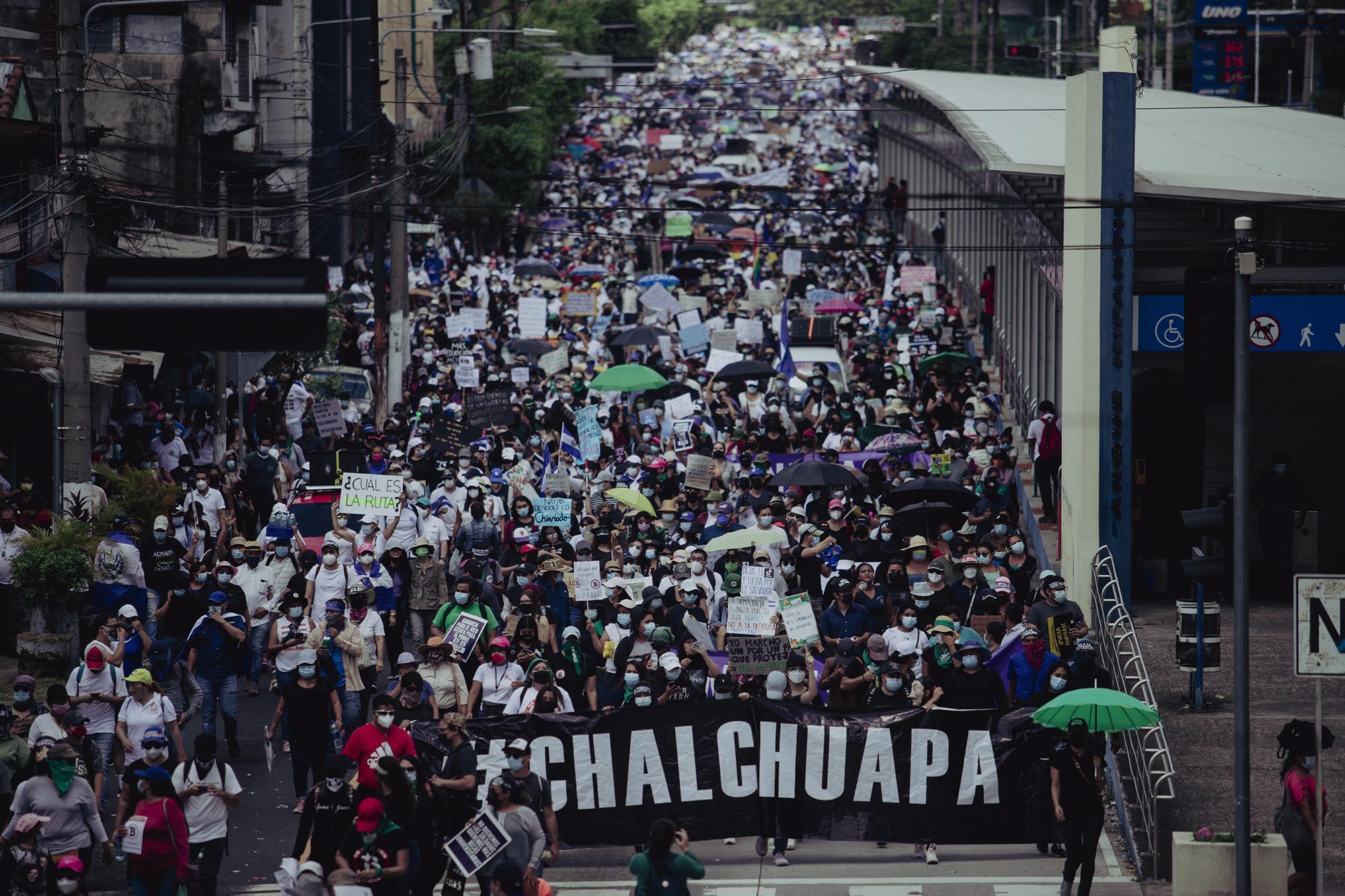 Miles de personas marcharon desde el parque Cuscatlán hasta la plaza Morazán en contra del gobierno del presidente Nayib Bukele. Las protestas se realizaron en el marco del Bicentenario de la independencia Centroamericana. Foto de El Faro: Carlos Barrera