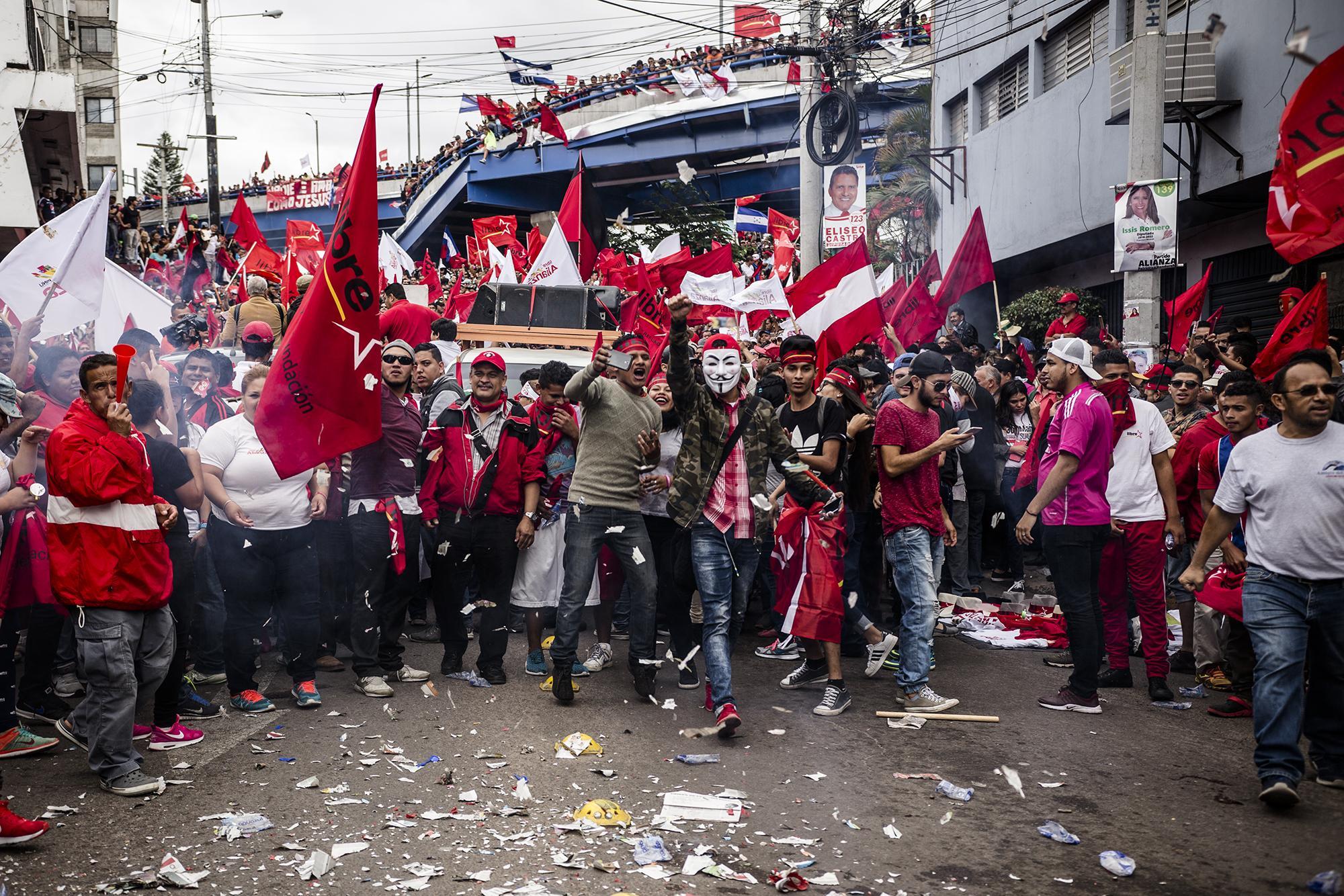 En la tarde del lunes 27, 13 horas después del último pronunciamiento del TSE, miles de hondureños se reunieron frente al edificio central del ente electoral para exigir que Salvador Nasralla fuese declarado como presidente electo de Honduras. Foto: Fred Ramos