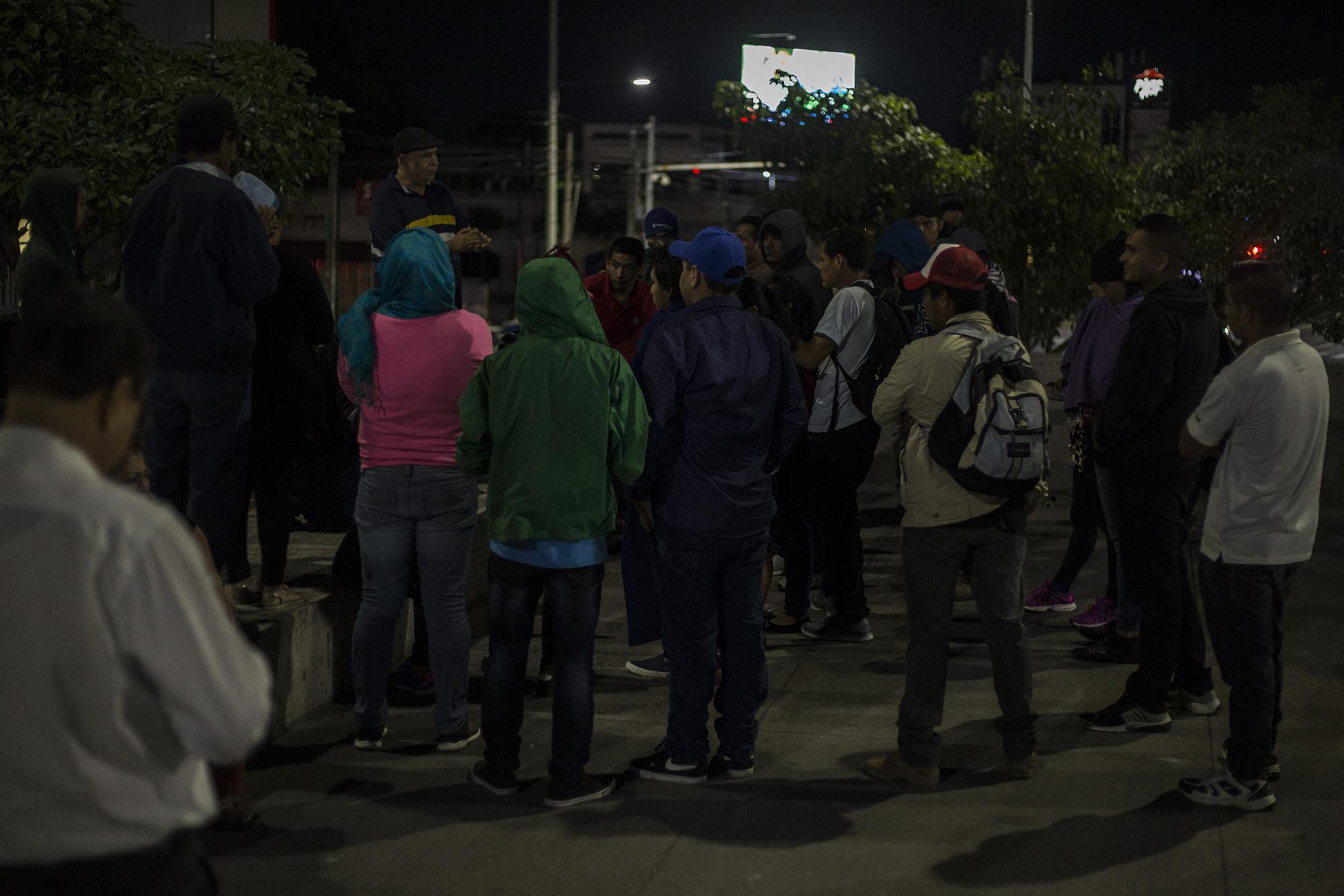 Migrantes salvadoreños que huyen de la pobreza y la violencia se concentraron en la plaza Divino Salvador del Mundo, en San Salvador, desde la noche del martes 15 de enero. Al menos 200 personas salieron de ese punto la mañana del 16, en una nueva caravana que va hacia el norte. Foto: Víctor Peña.