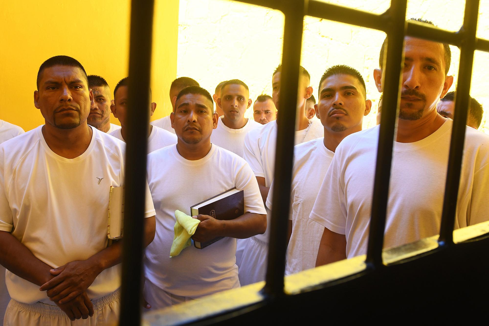 Miembros de la Iglesia de la Final Trompeta en el penal de San Francisco Gotera. Este es el movimiento que dirigió dentro de esa prisión Carlos Montano, arrebatando a la pandilla Revolucionarios, del Barrio 18, más de 400 miembros. Foto: AFP / Marvin Recinos.