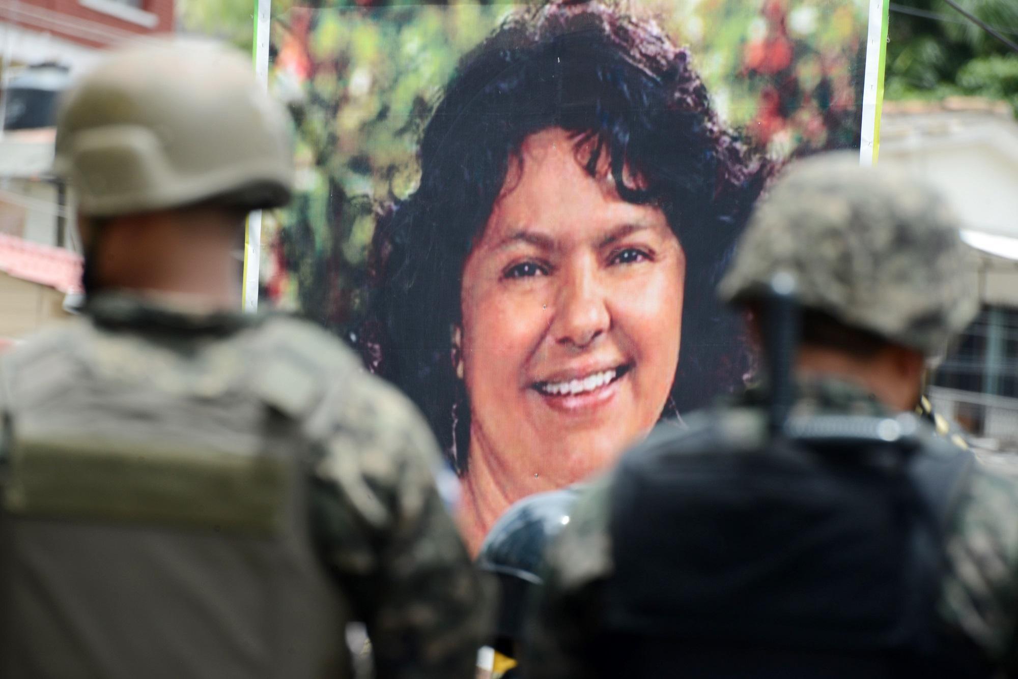 Un póster de Berta Cáceres lidera una marcha de pueblos indígenas hondureños en las calles de Tegucigalpa en agosto de 2016, cinco meses después de su asesinato. Foto: AFP/ Orlando Sierra.