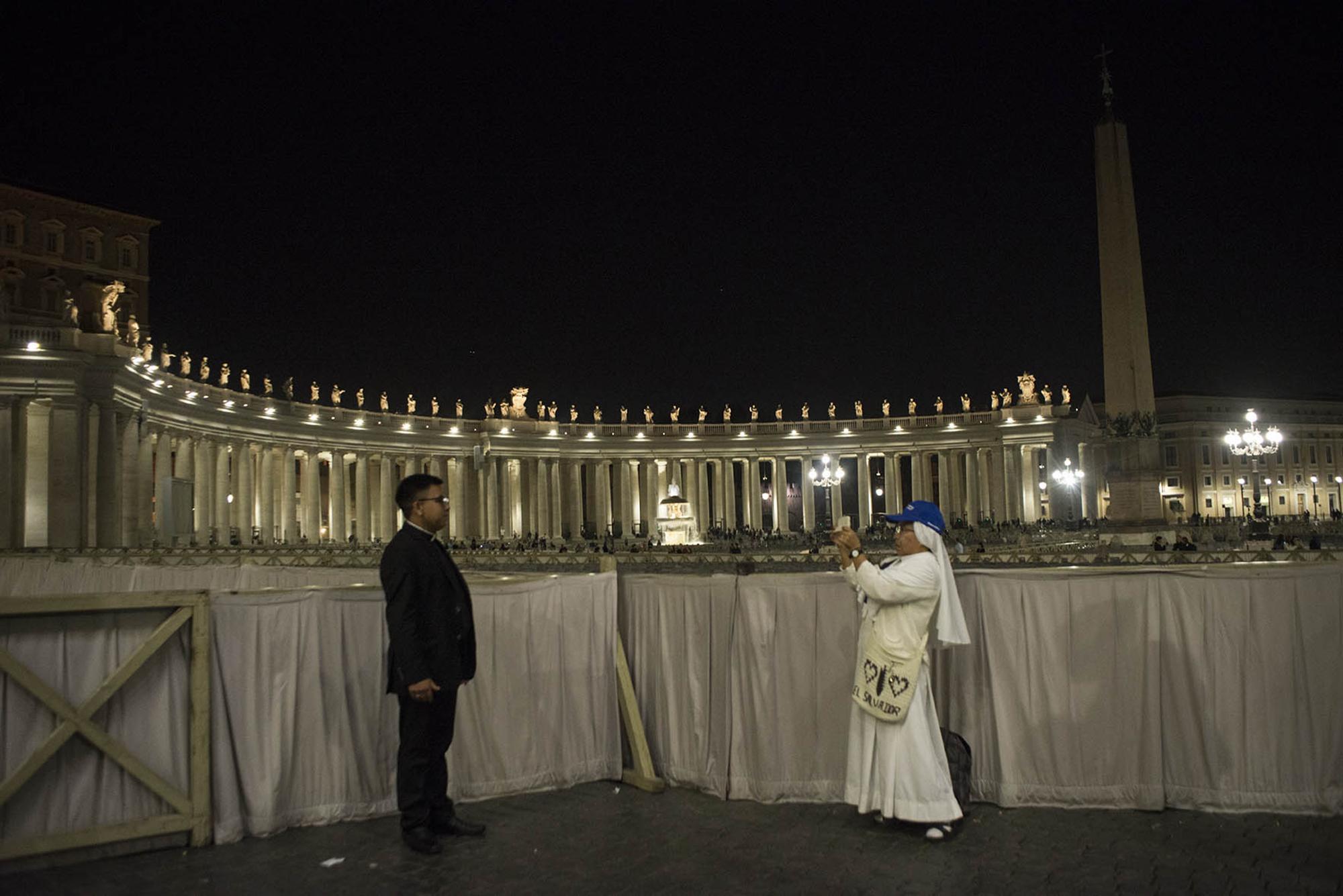 Asistentes a la ceremonia de canonización de monseñor Óscar Arnulfo Romero, en la sede de El Vaticano, Roma, 14 de octubre de 2018. Foto: Marco Valle.