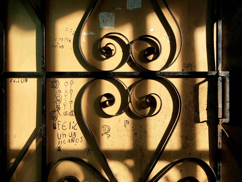 Esta es la puerta de la otrora casa de la víctima del caso Escalante. La familia huyó en junio pasado, después de que dos hombres amenazaran y golpearan a la mamá de la niña. Foto de Fred Ramos