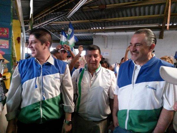 Adolfo Salume-quien aparece a la derecha- fue candidato a alcalde de San Salvador en 2015 por el partido Democracia Salvadoreña. En los Panamá Papers, participó en la creación de 27 entidades offshore en Panamá y en el estado de Nevada. Foto tomada del perfil de Twitter Fito Salume-DS.