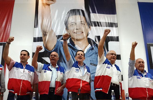 Dirigentes de Arena y exvicepresidentes de la República cantan la marcha de su partido al inicio de la Asamble General en la sede del Coena en San Salvador el sábado 3 de mayo 2014. Foto Gabriel Labrador